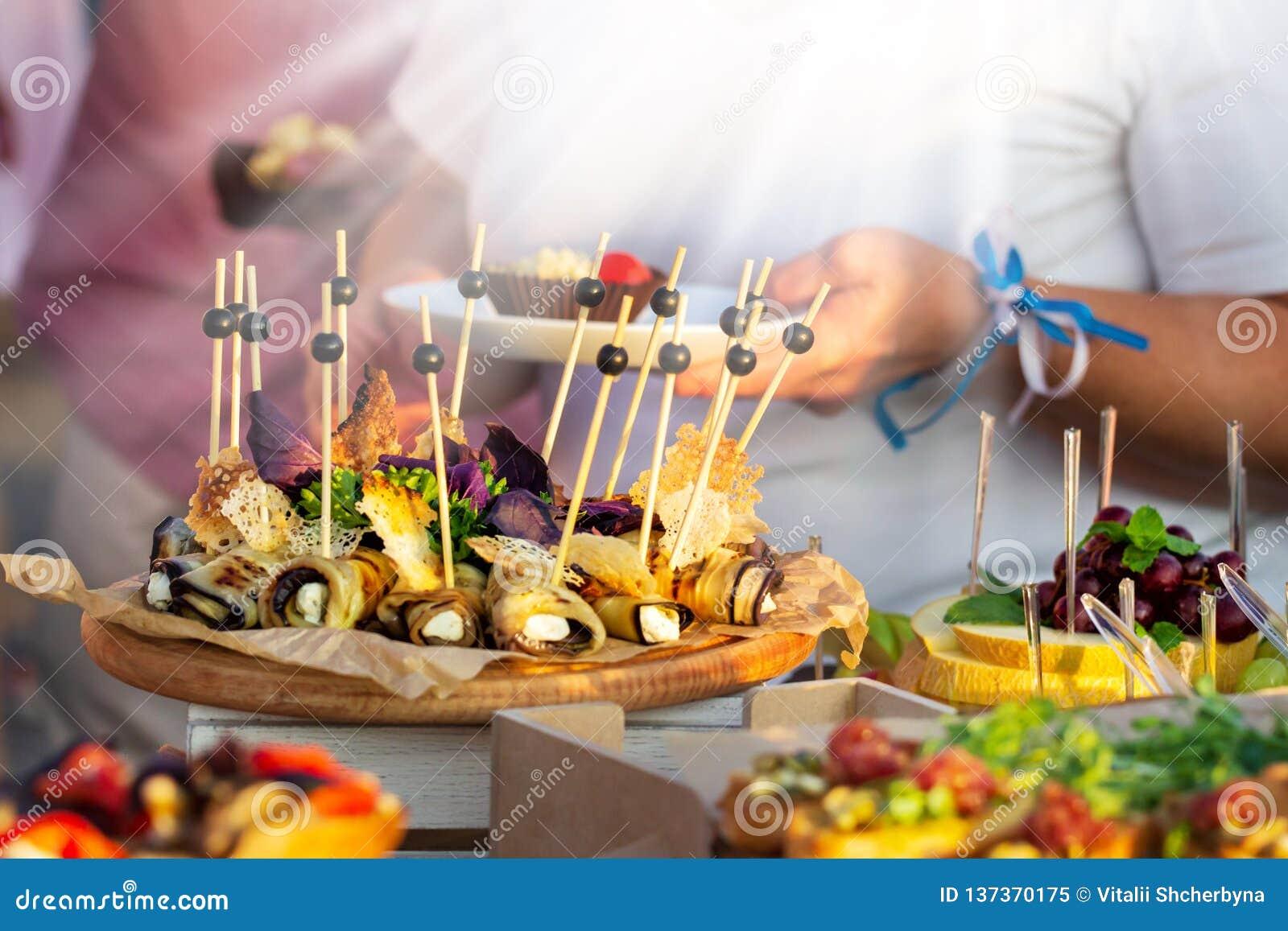 Ресторанное обслуживаниа обедающего шведского стола внешней кухни кулинарное Группа людей во всех вы можете съесть Обедать концеп