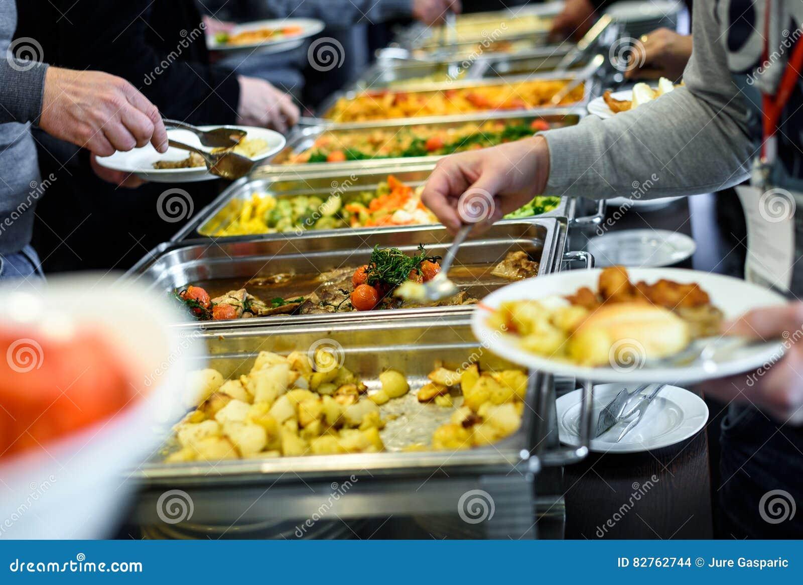 Ресторанное обслуживаниа обедающего шведского стола кухни кулинарное обедая торжество еды