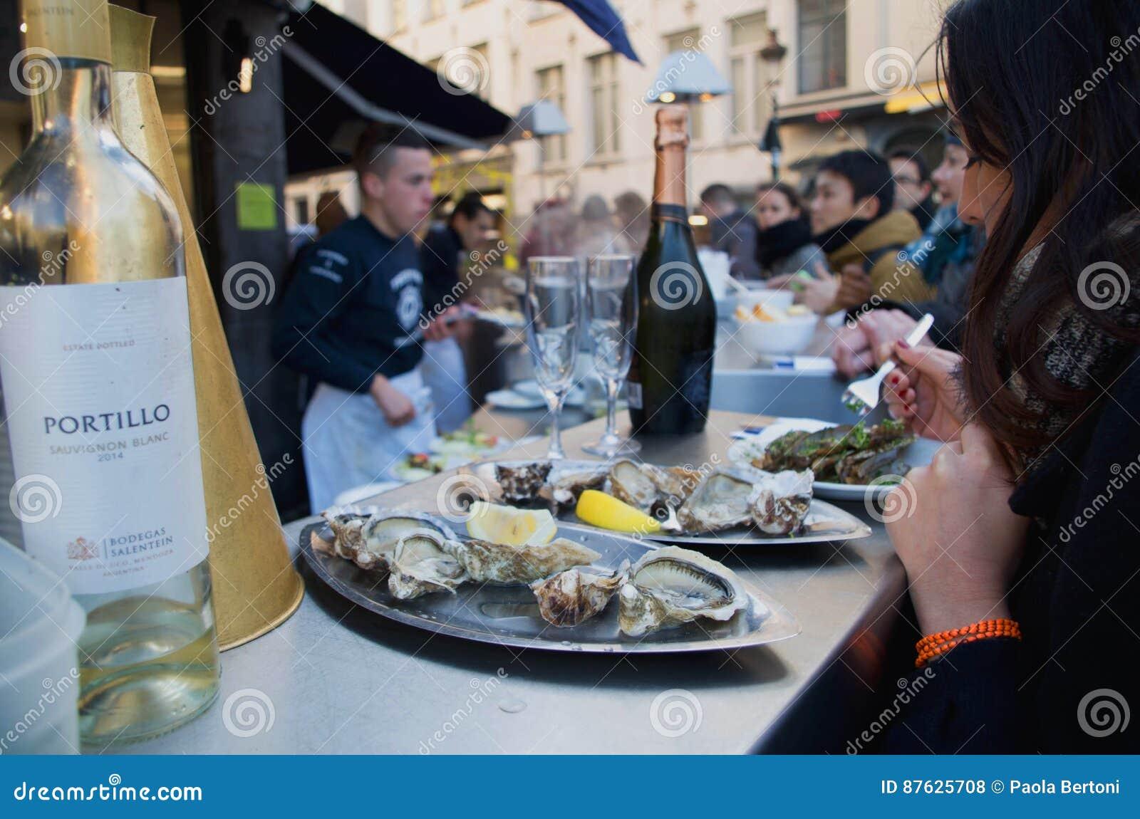 Ресторан морепродуктов в улице St Катрина в Брюсселе