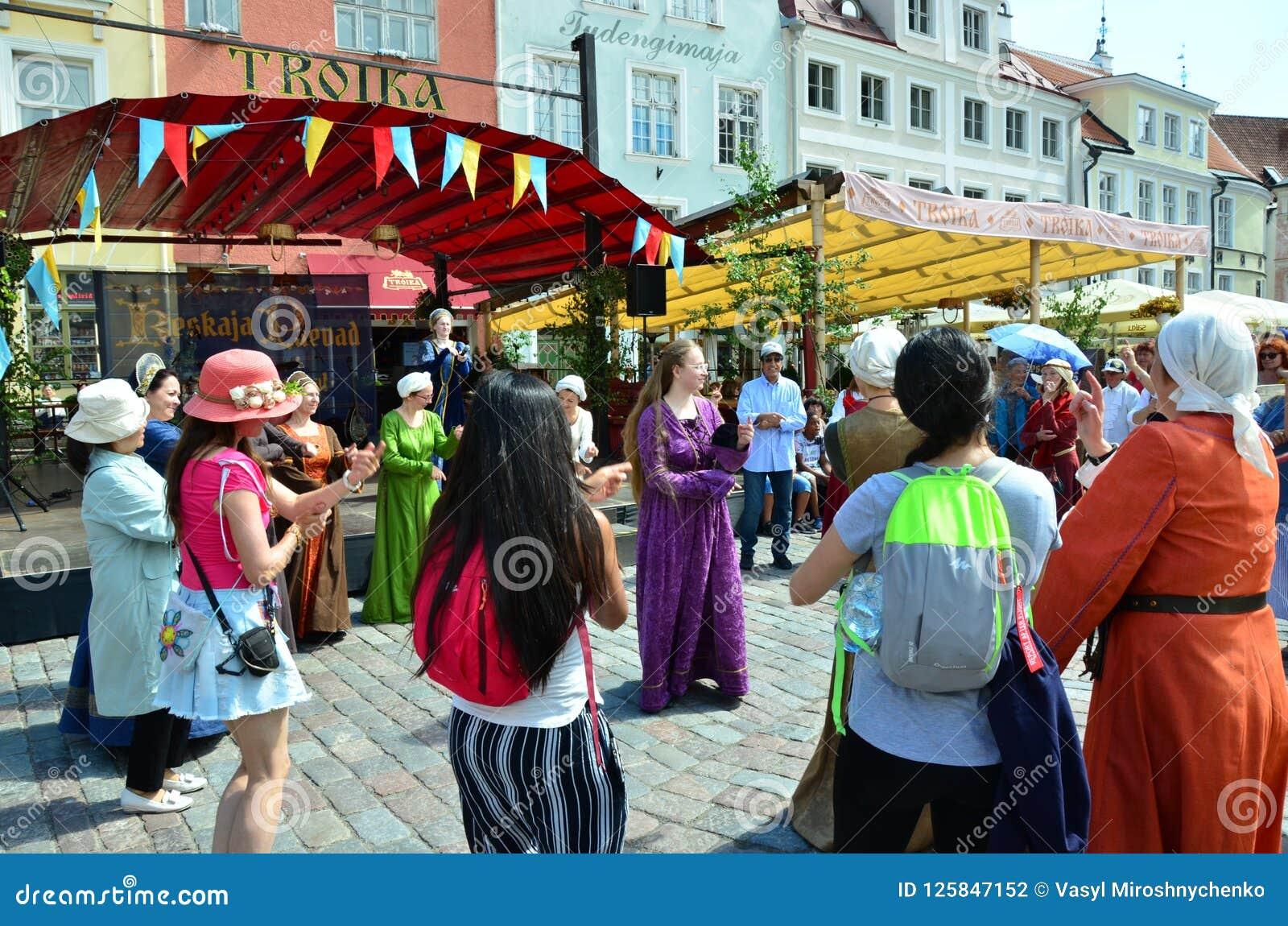 Речь фольклорных талантов на ярмарке в эстонском прописном Talli