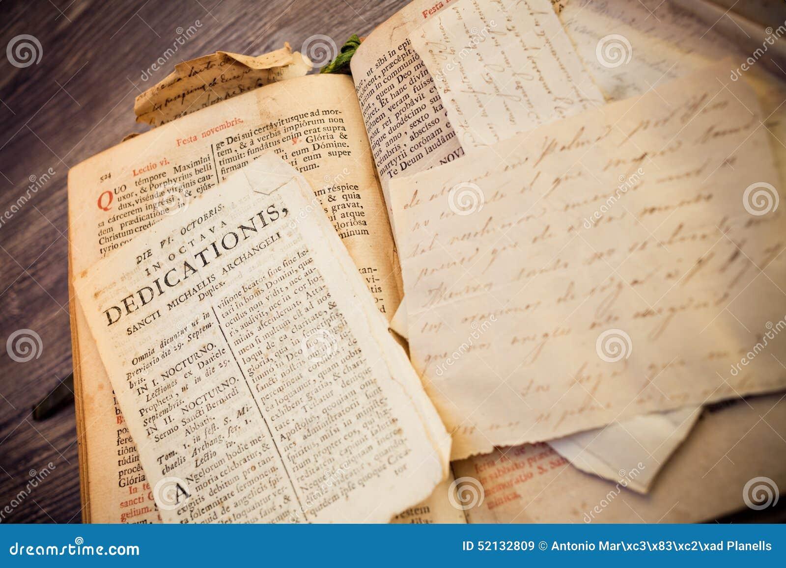 Религиозная каллиграфия от книги 300 лет старой римской в латинском языке