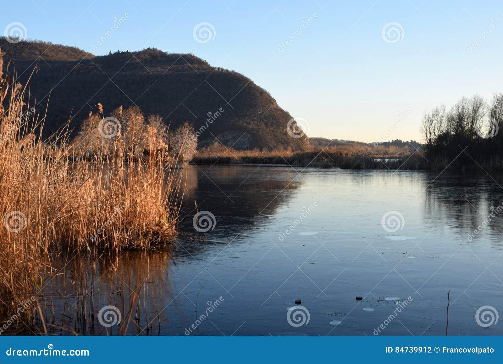 Редкое явление замороженных трясин озера Iseo - Брешия -