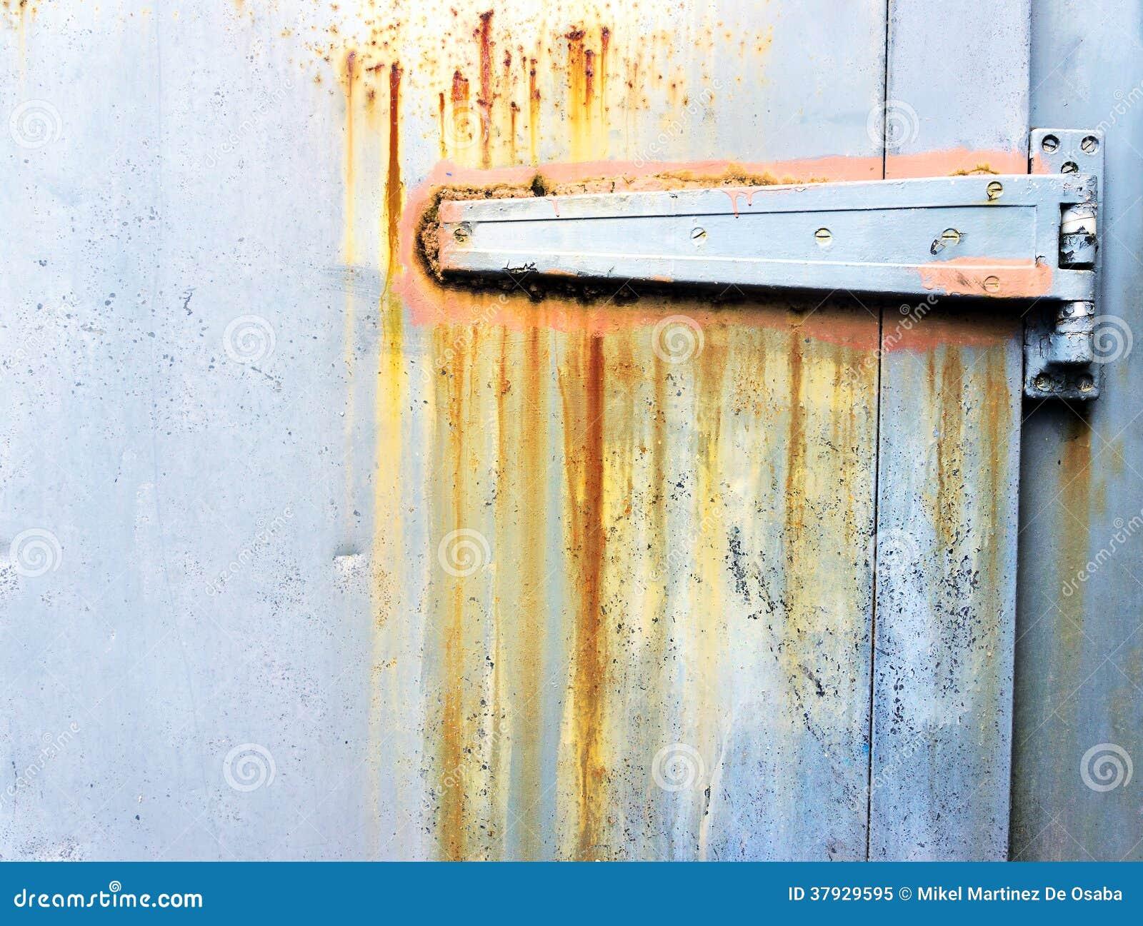 Ржавый металлический шарнир на двери