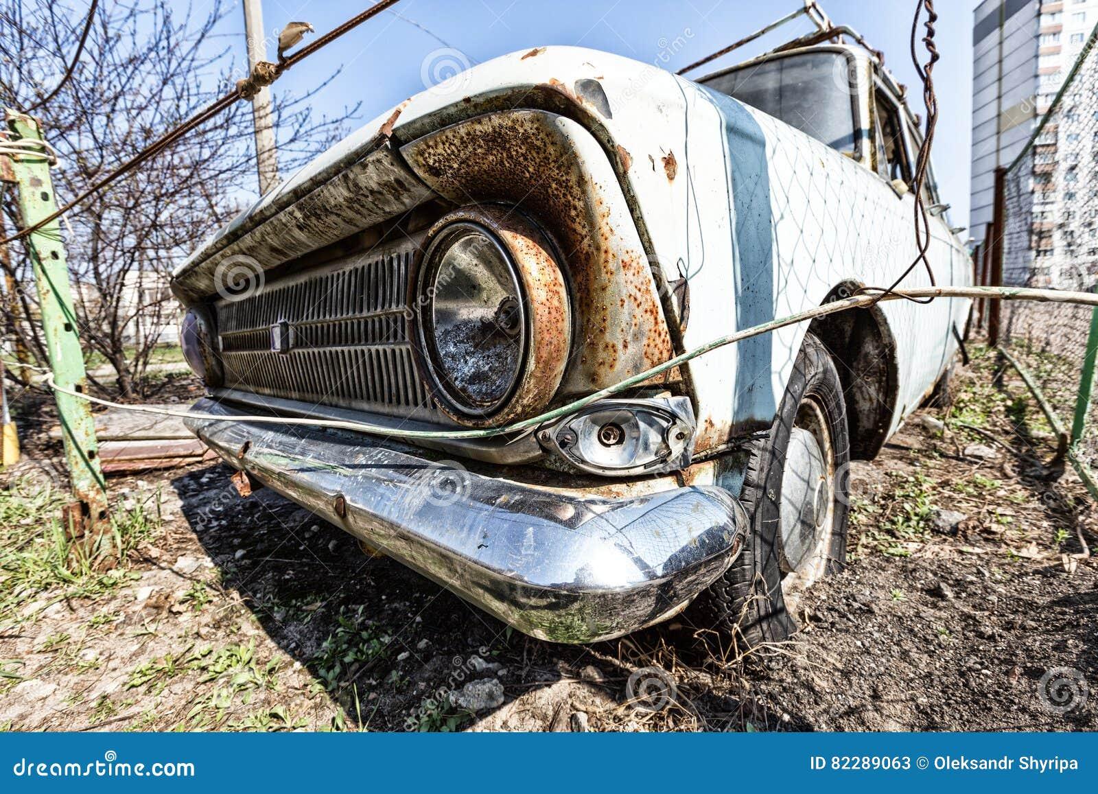Ржавый ретро автомобиль