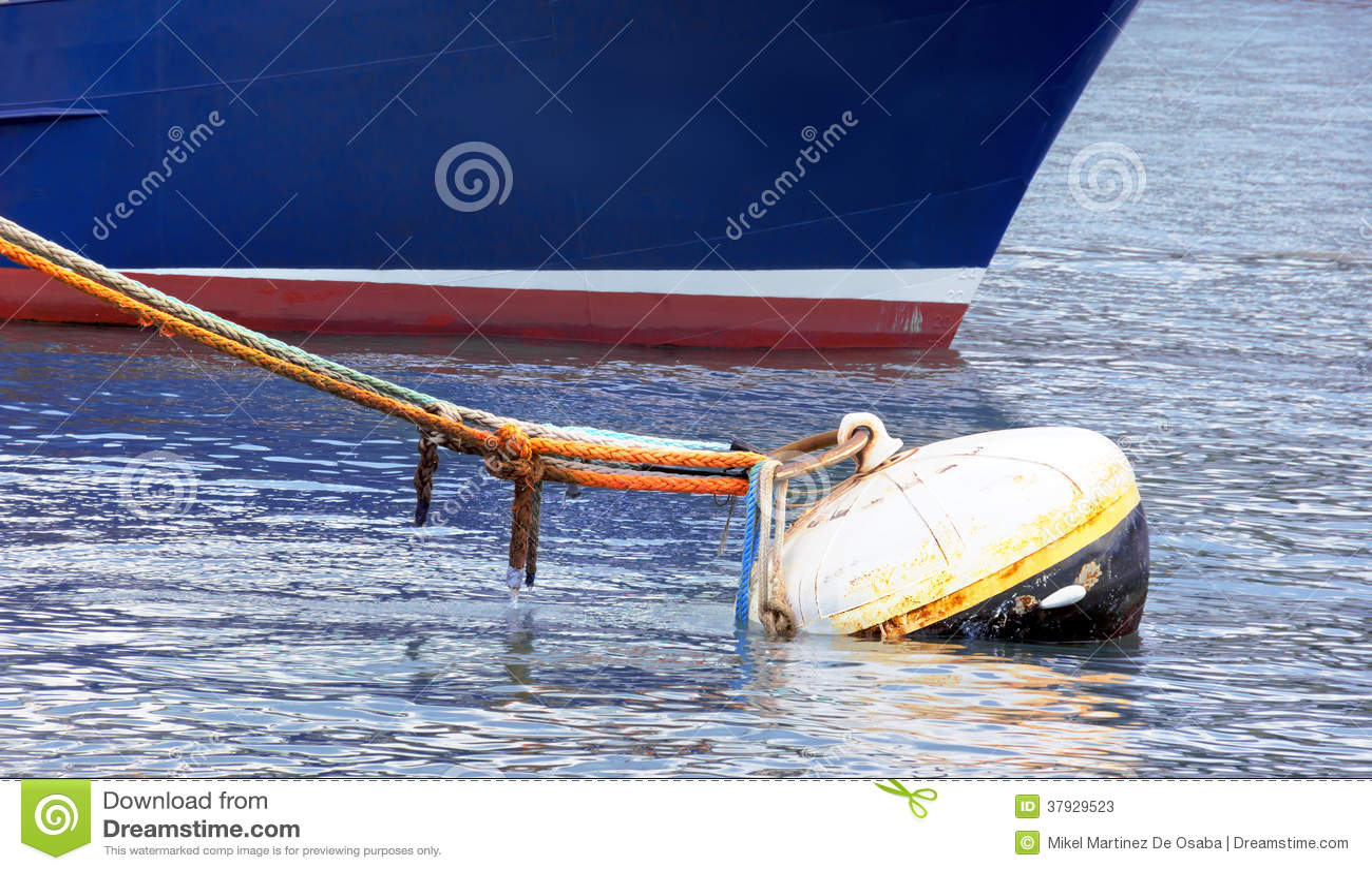 Ржавый томбуй с серией веревочек и корабля