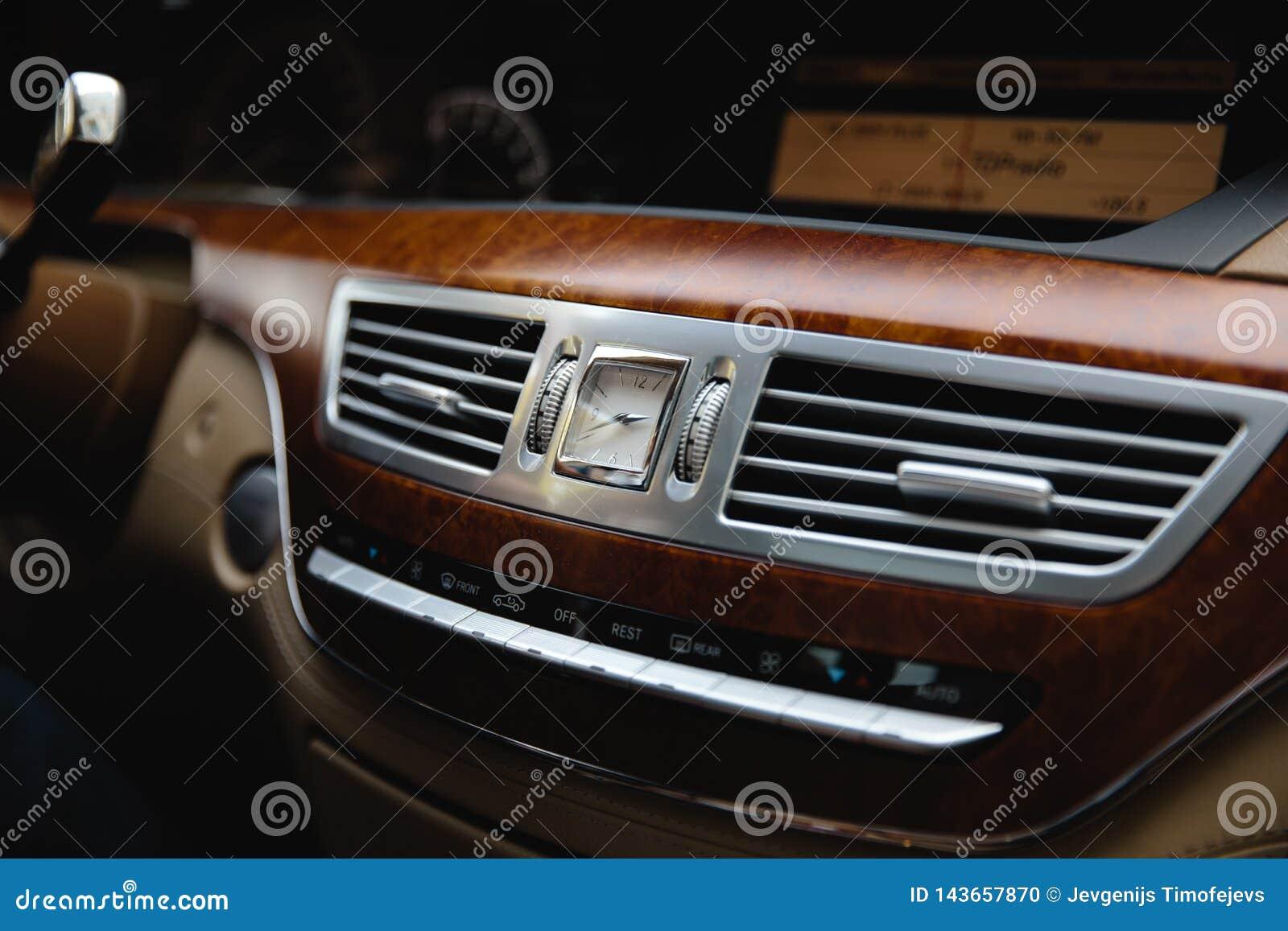РИГА, ЛАТВИЯ - 28-ОЕ АВГУСТА 2018: Класс W221 Мерседес-Benz s Редакционное фото - внутреннее biege