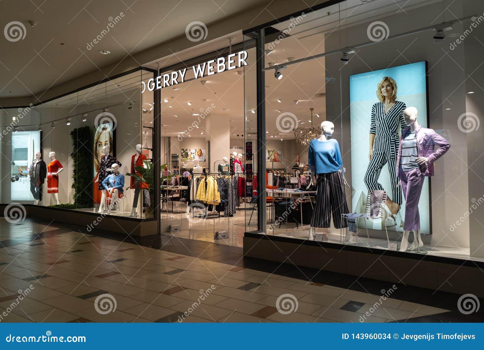РИГА, ЛАТВИЯ - 4-ОЕ АПРЕЛЯ 2019: Торговый центр альфы магазина Gerry Weber в районе Julga - главной зале сверху