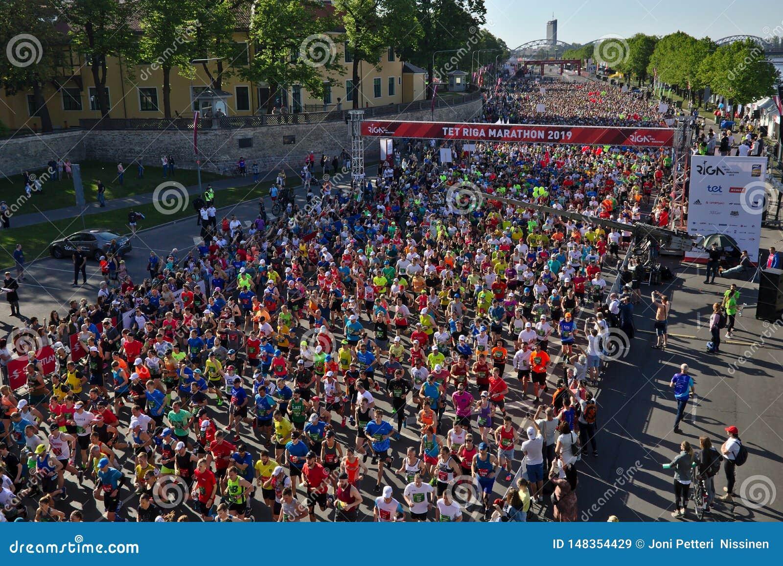 Рига, Латвия - 19-ое мая 2019: Марафонцы Риги TET бежать от линии начала
