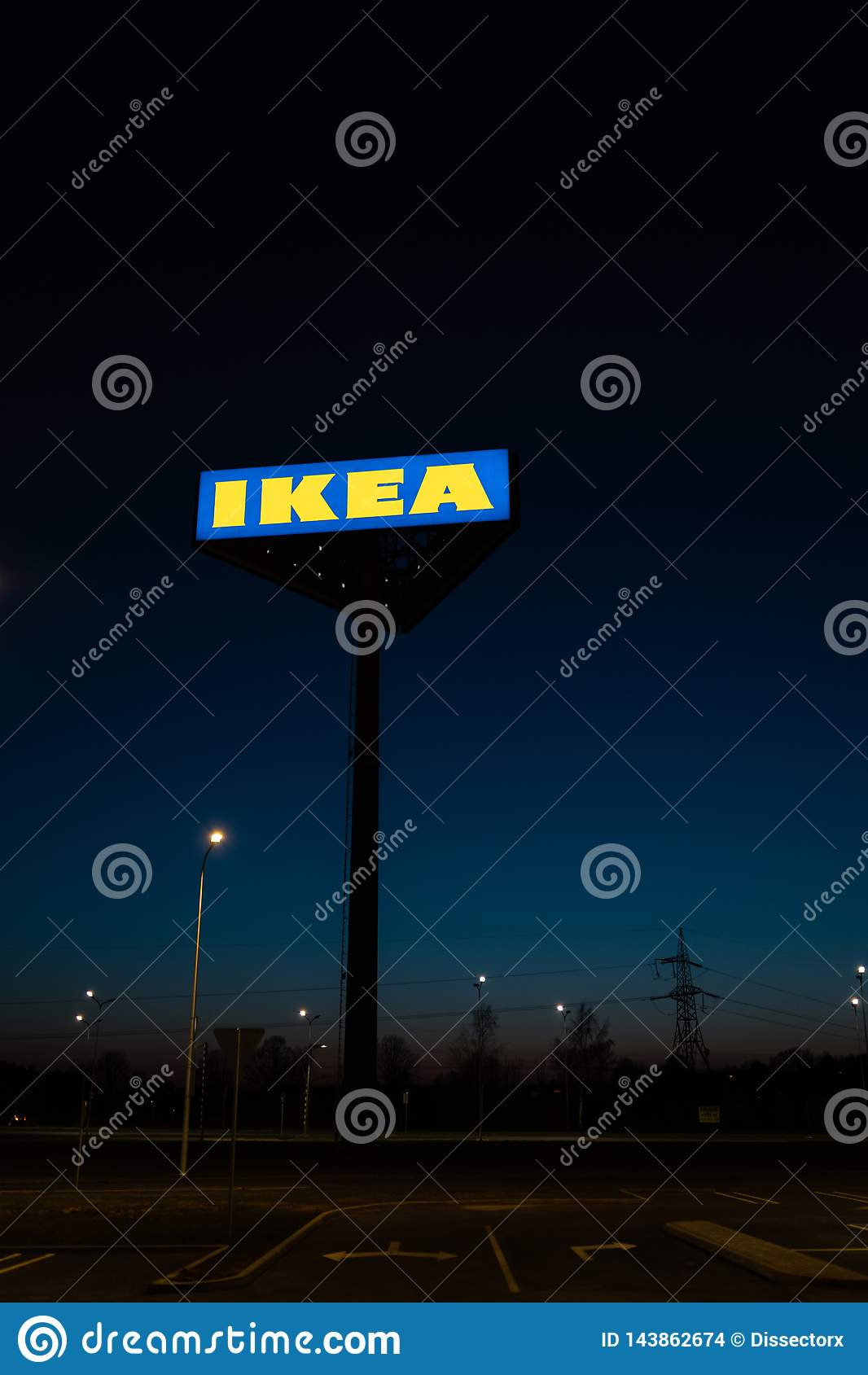 РИГА, ЛАТВИЯ - 3-ЬЕ АПРЕЛЯ 2019: Знак бренда IKEA во время темного вечера и ветра - голубого неба на заднем плане