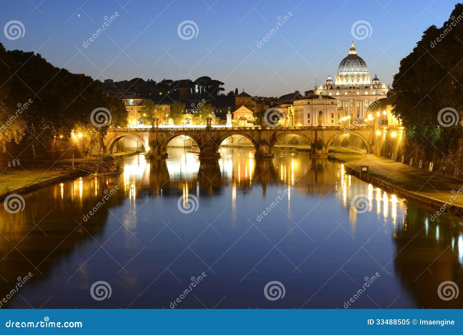 Рим, Италия, Базилика di Сан Pietro и мост Sant Angelo на ноче