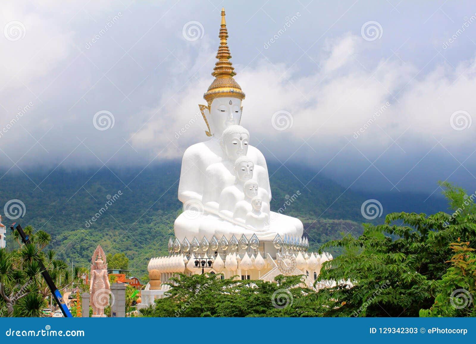 Рискованное предприятие 5 сидя белое Buddhas и туманные холмы за Буддой на Pha Sorn Kaew, в Khao Kor, Phetchabun, Таиланд