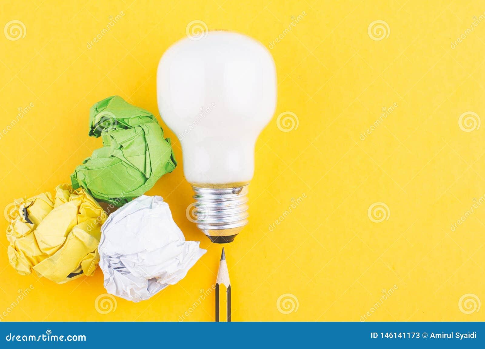 Рисуйте, скомкайте бумагу и шарик над желтой предпосылкой