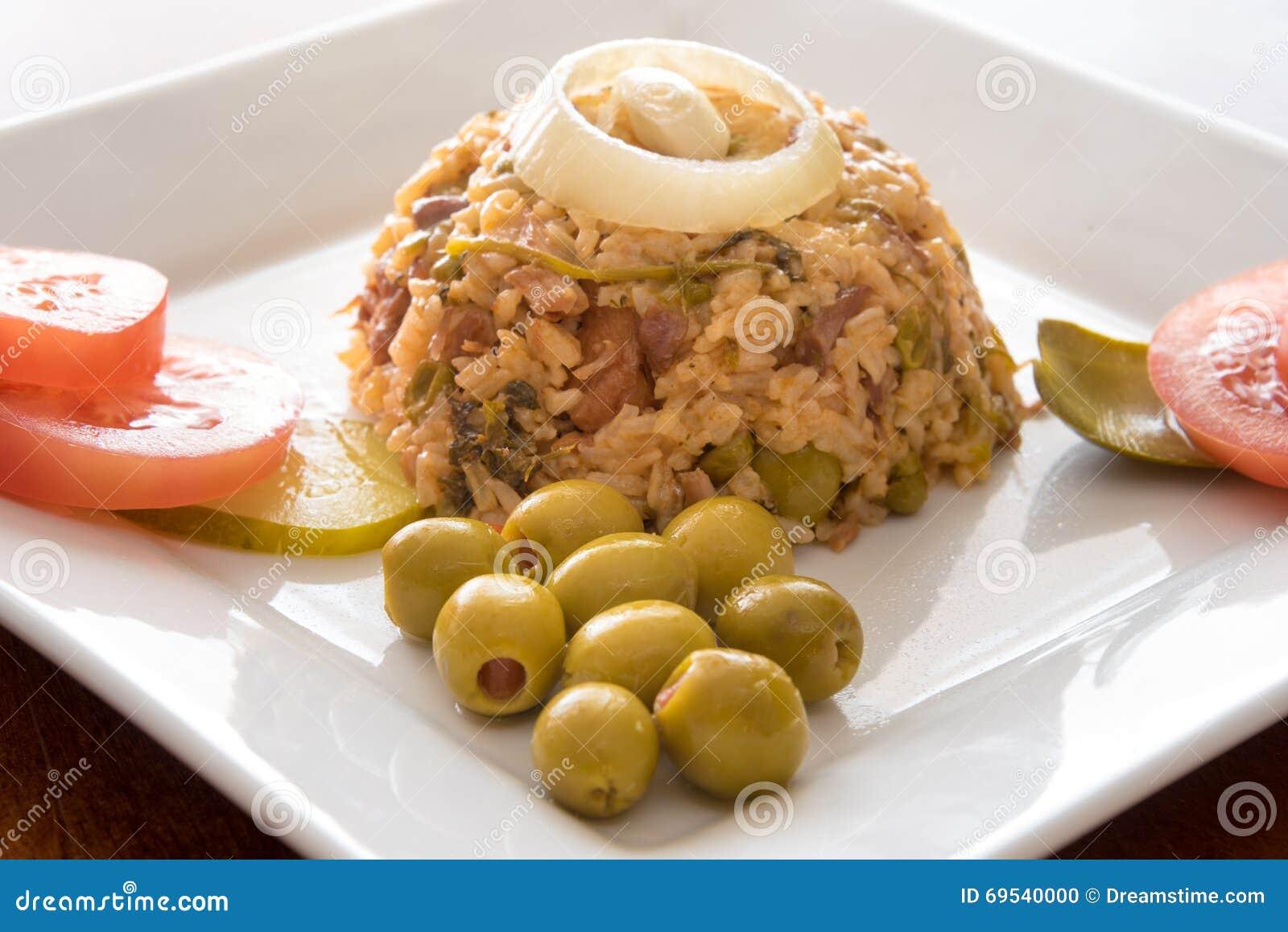 Рис желтого цвета креола кубинськой кухни традиционный