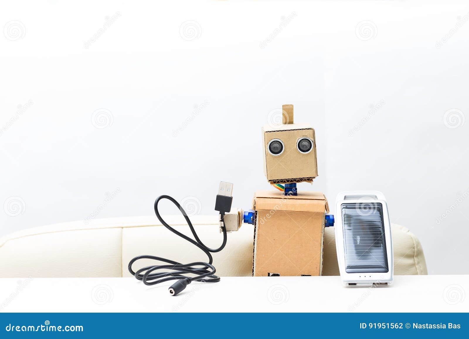 Робот держит в руке солнечную батарею, провод белая предпосылка;