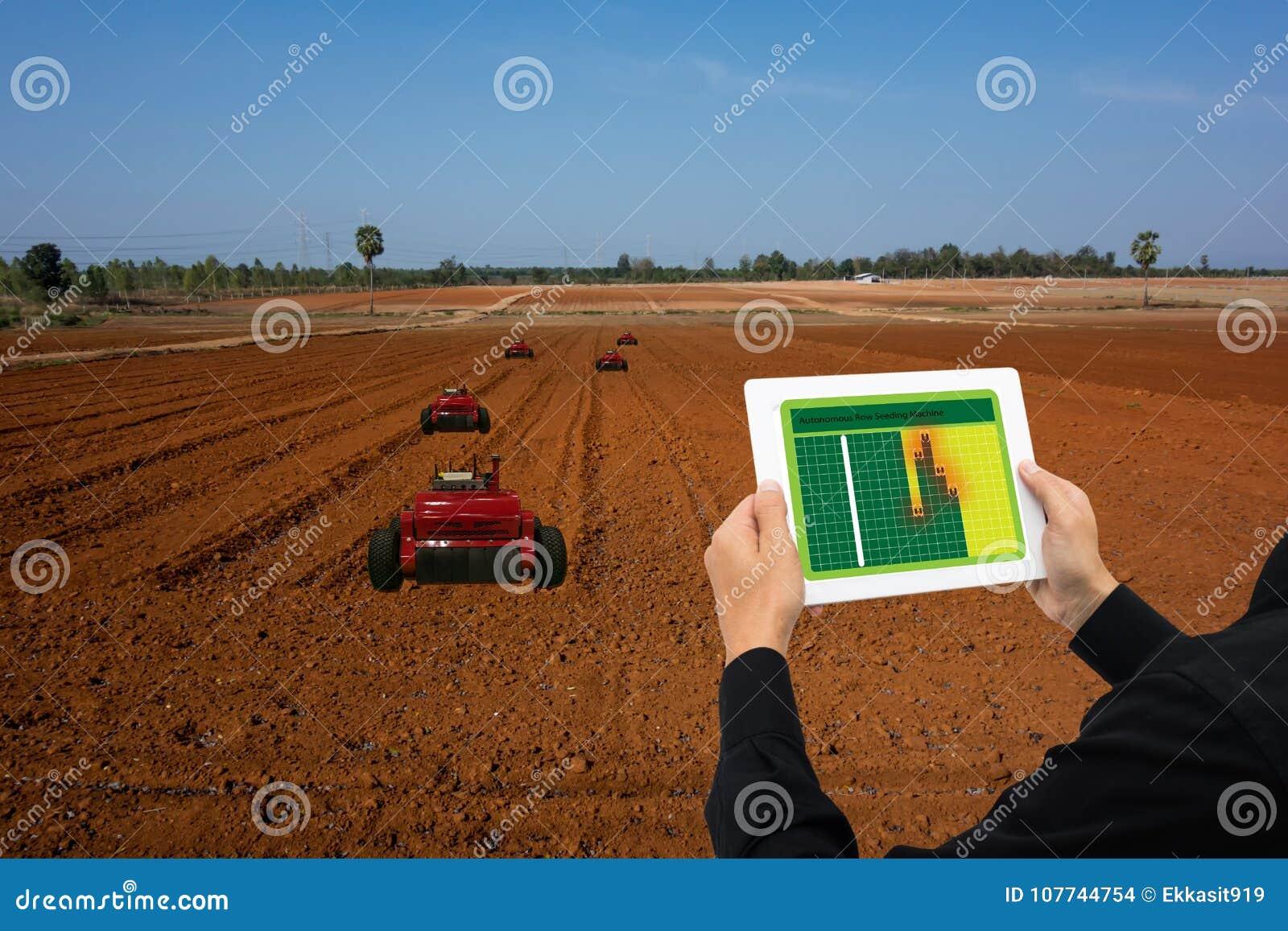 Робот 4 индустрии Iot умный 0 концепций земледелия, промышленный agronomist, фермер используя таблетку для того чтобы контролиров
