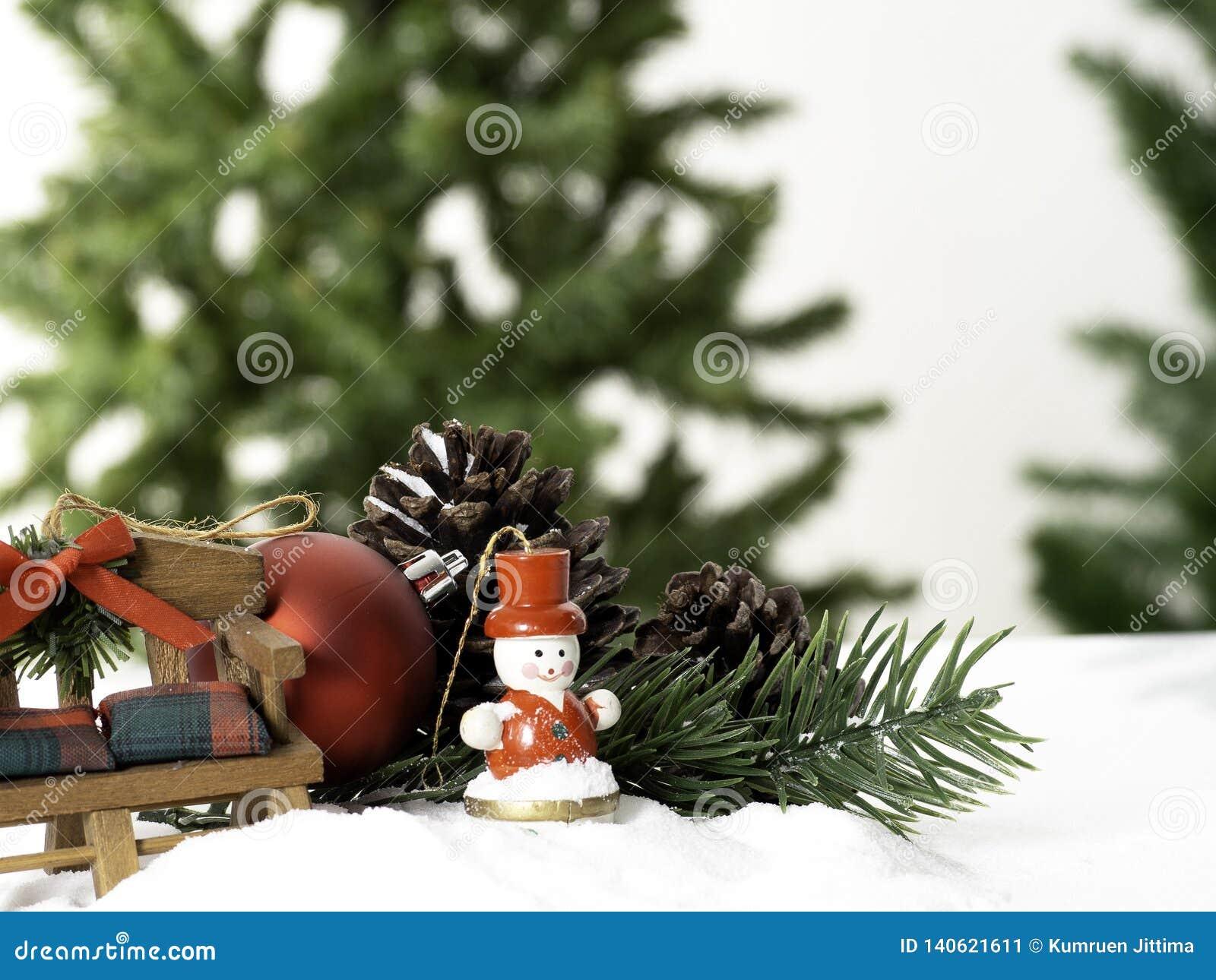 Рождественская елка состава большая украшенная со звездами и красивые красные шарики празднуют фестиваль на белой предпосылке