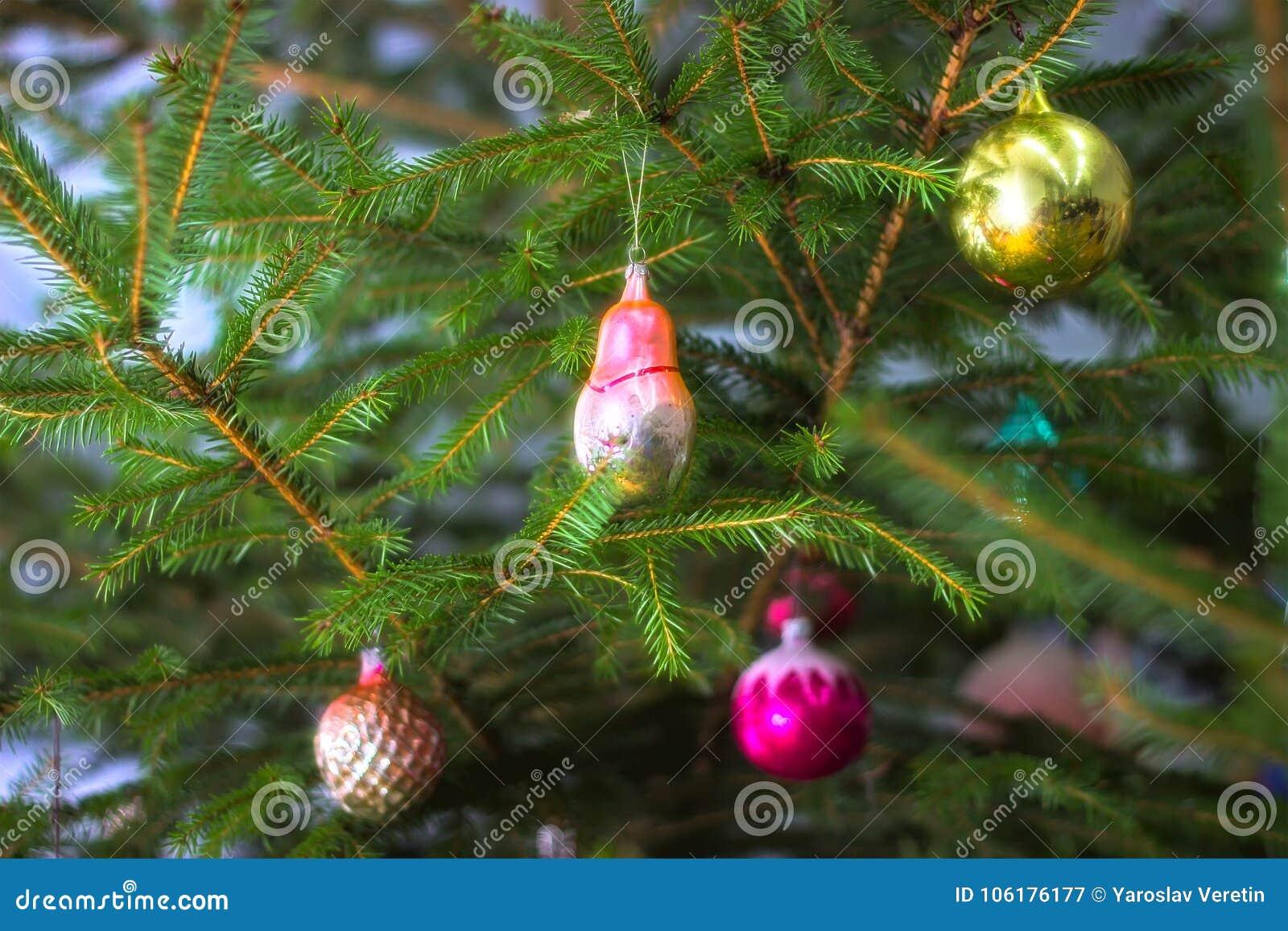 Рождественская елка с безделушками на темной предпосылке
