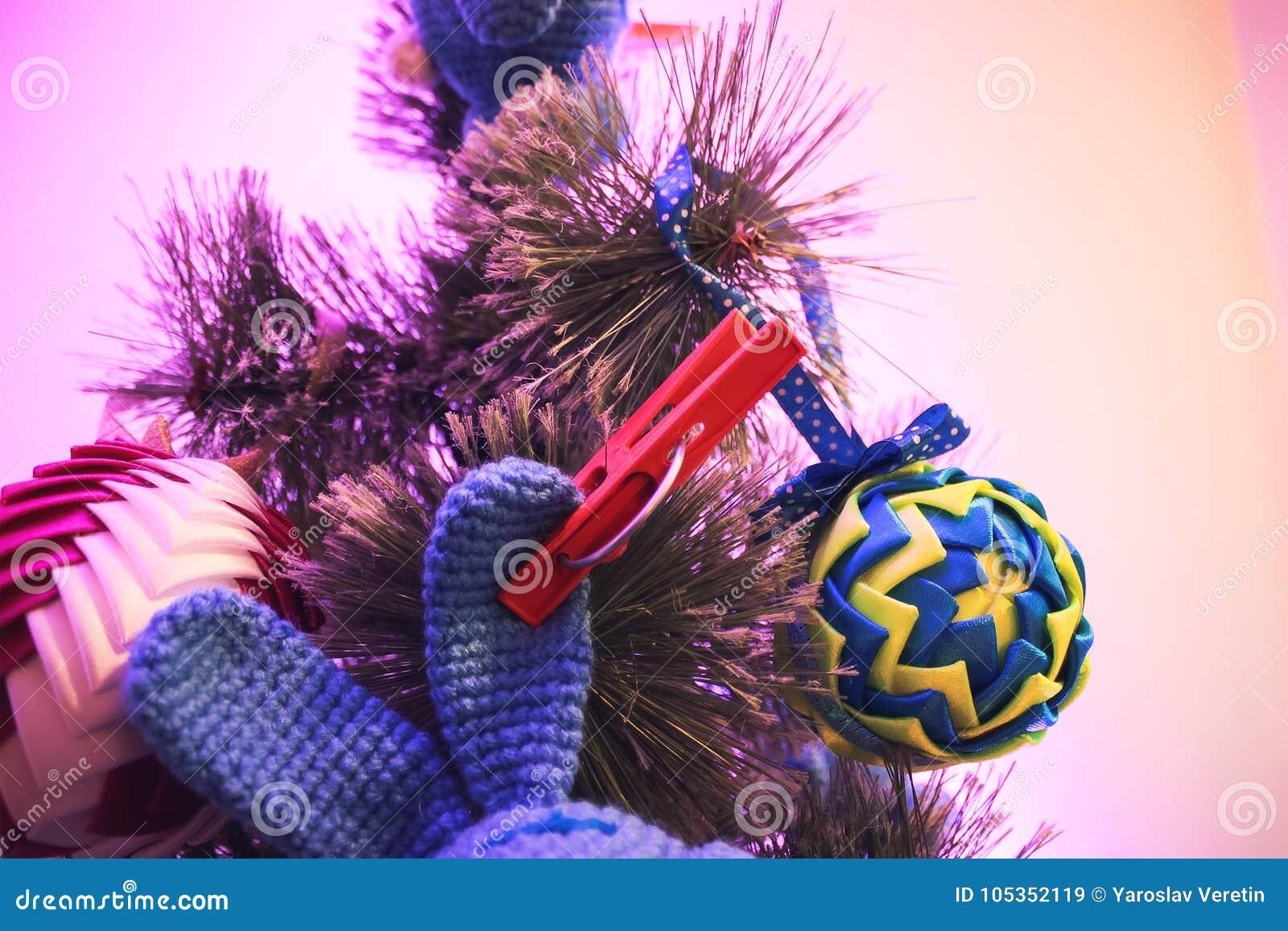 Рождественская елка с игрушками на счастливый Новый Год