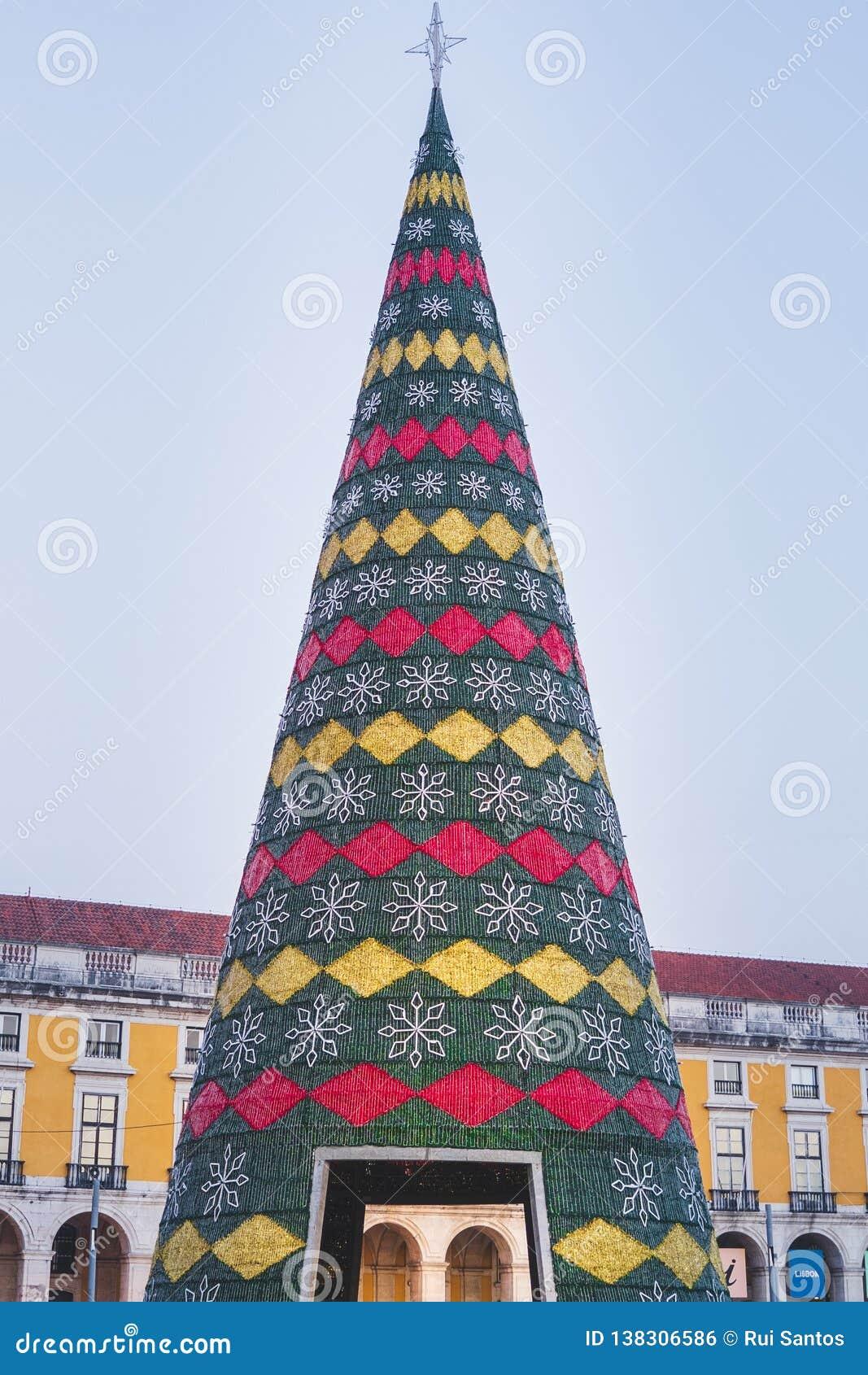 Рождественская елка украшенная со светами, Terreiro делает paco, Лиссабон, Португалию