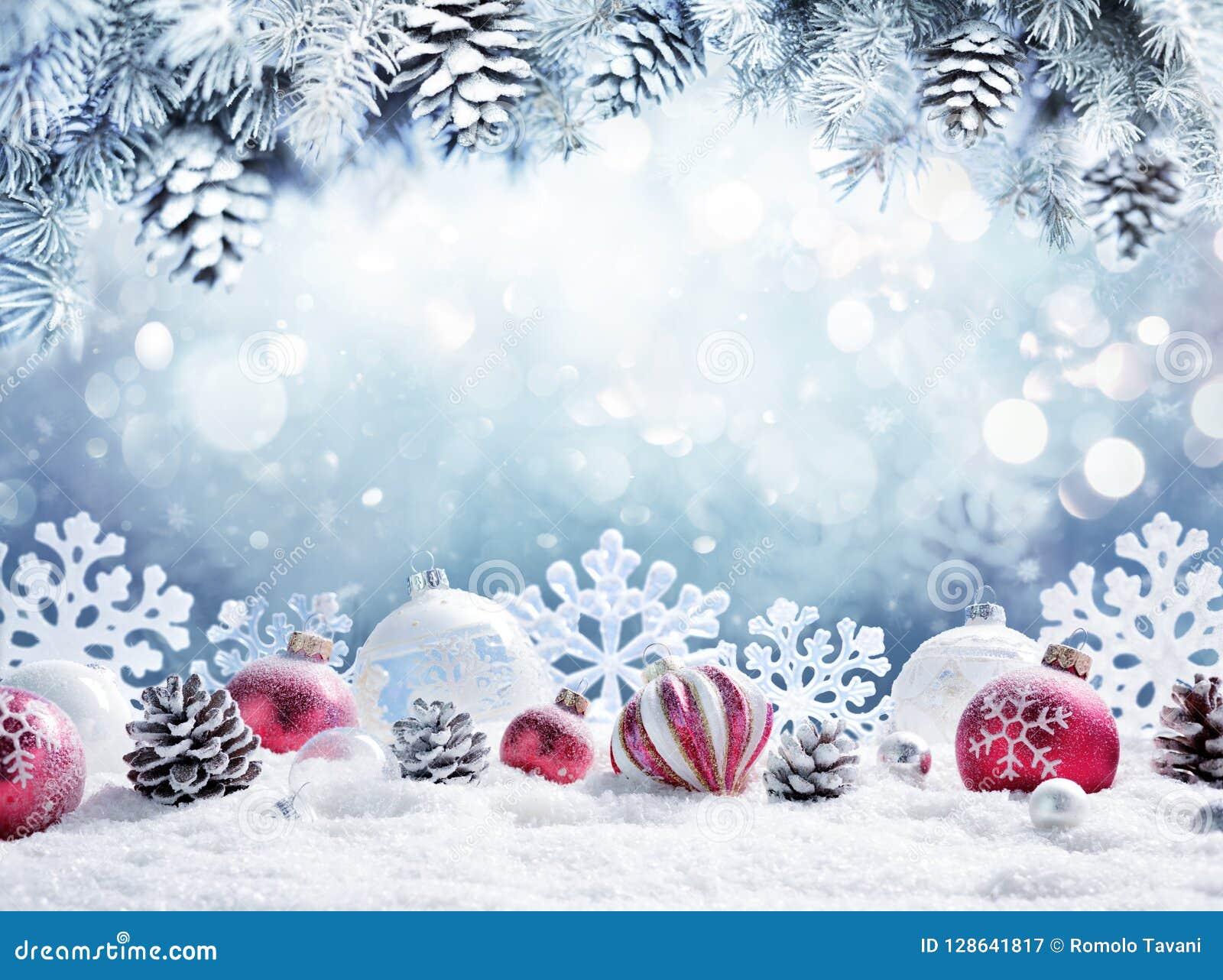 Рождественская открытка - безделушки на снеге
