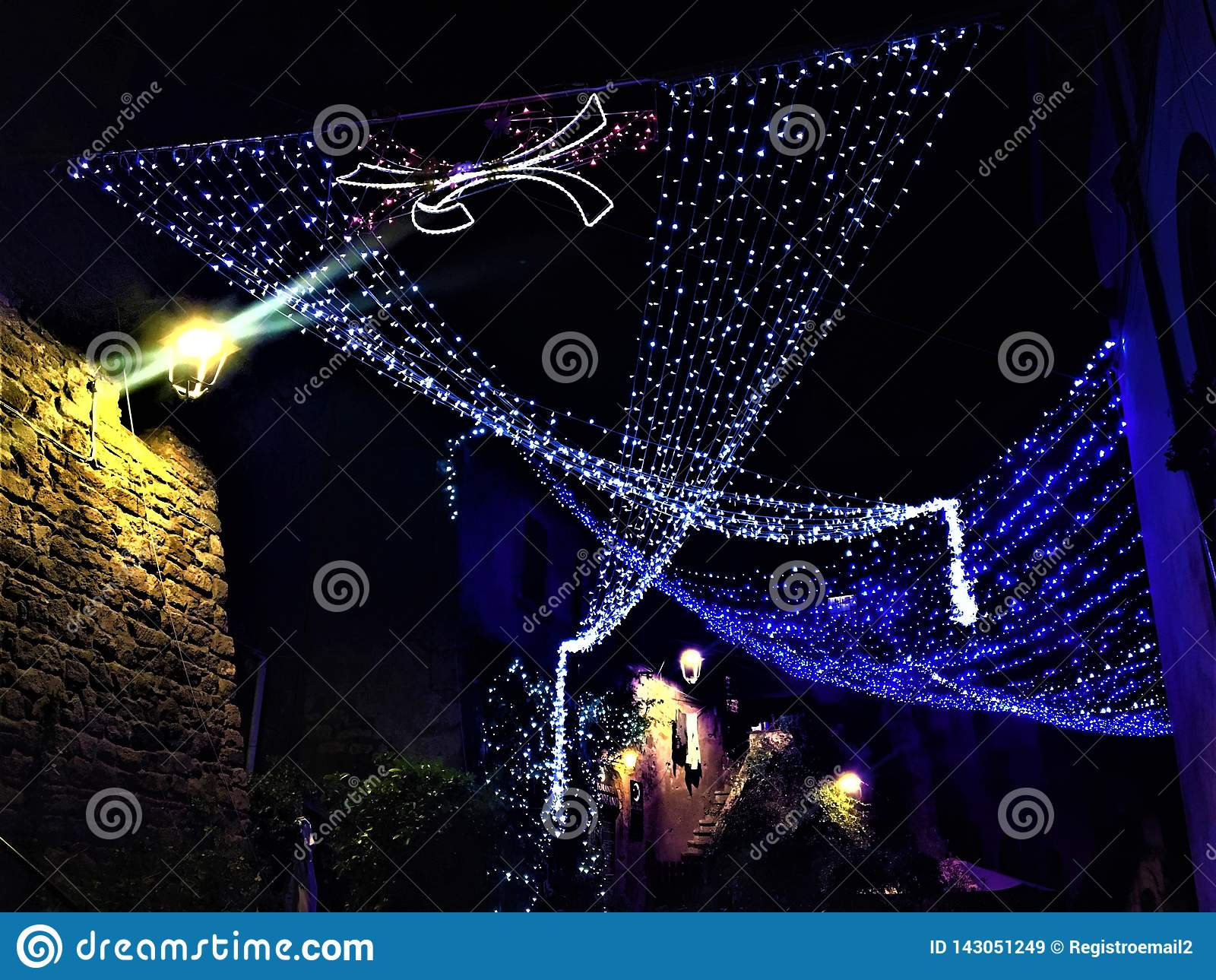 Рождество и света в городе Витербо, Италии Блеск яркий как диамант
