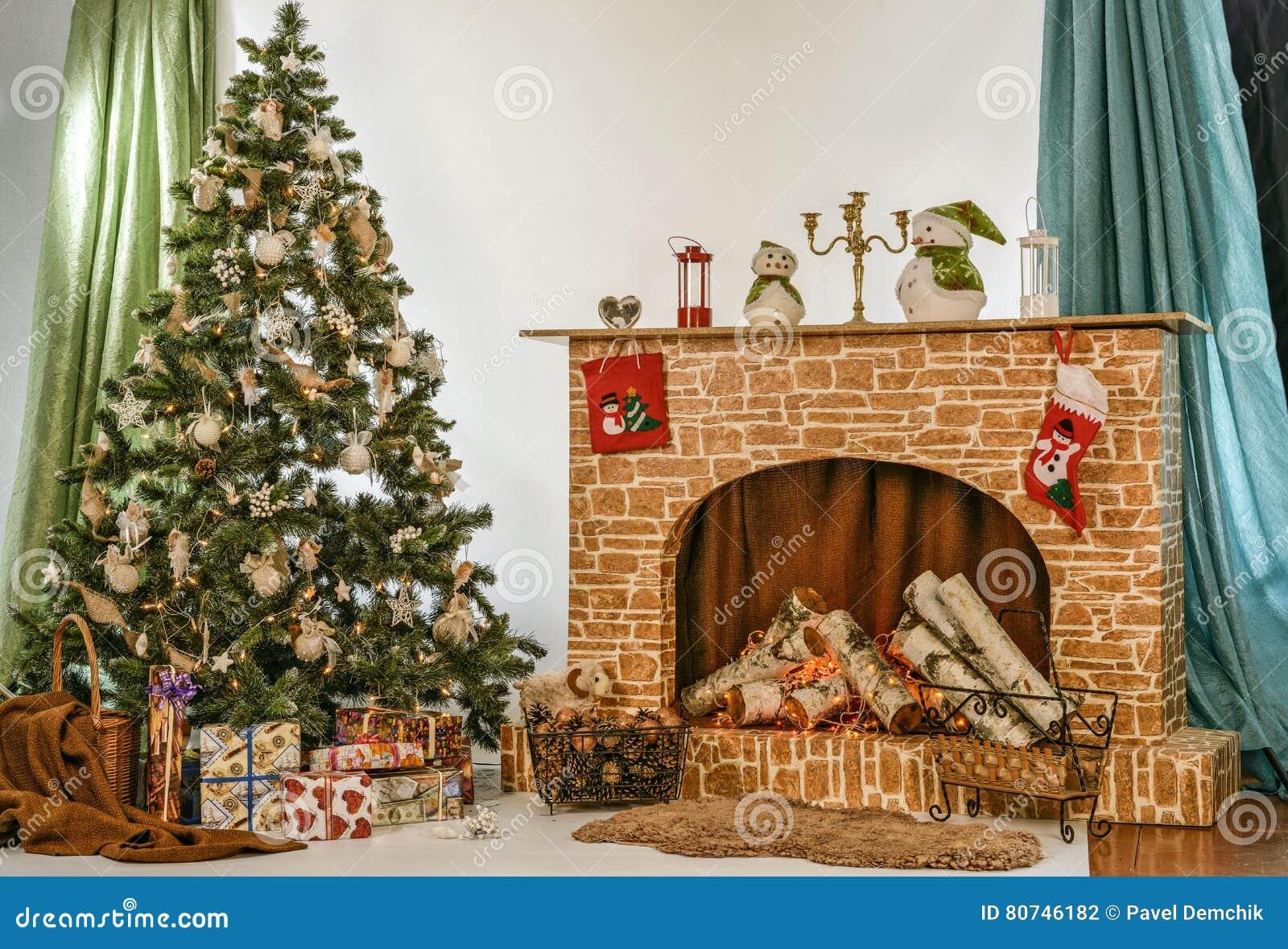 b4657fa626df4 Рождественская елка около камина в комнате Стоковое Фото ...