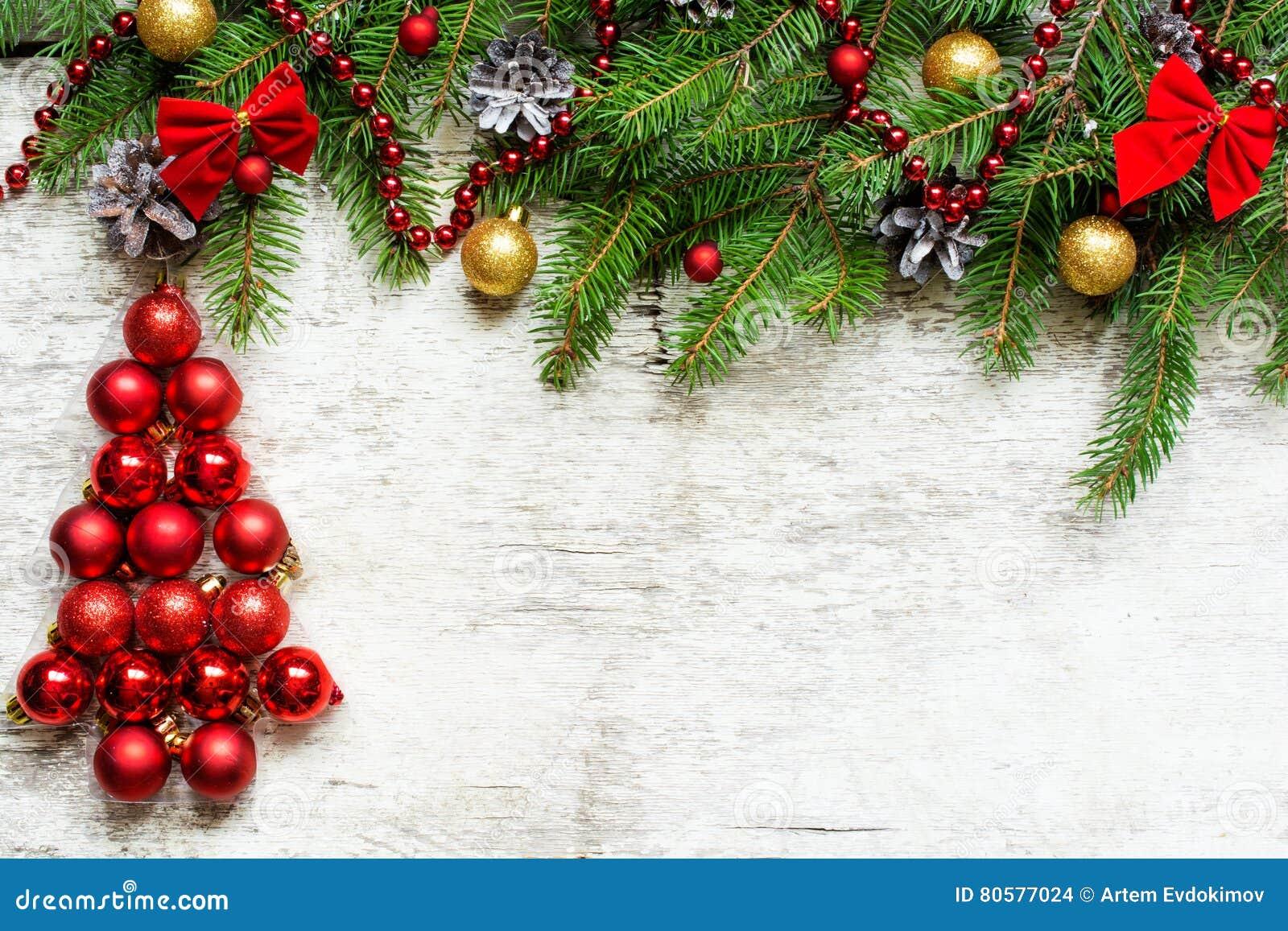 Рождественская елка от красных шариков и ветвей ели с ...