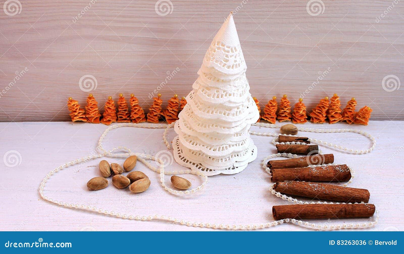 Рождественская елка сделанная из бумаги, циннамона, состава Нового Года фисташки