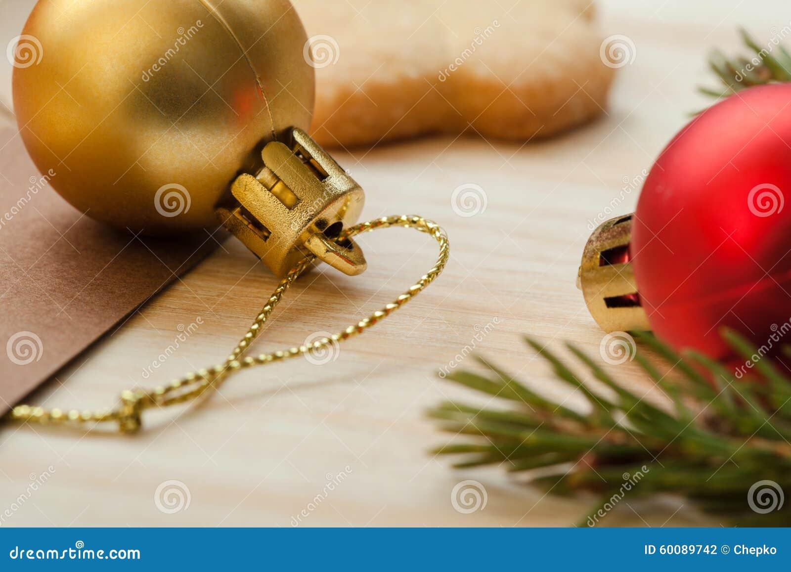 Рождественская елка с украшениями на деревянной ...