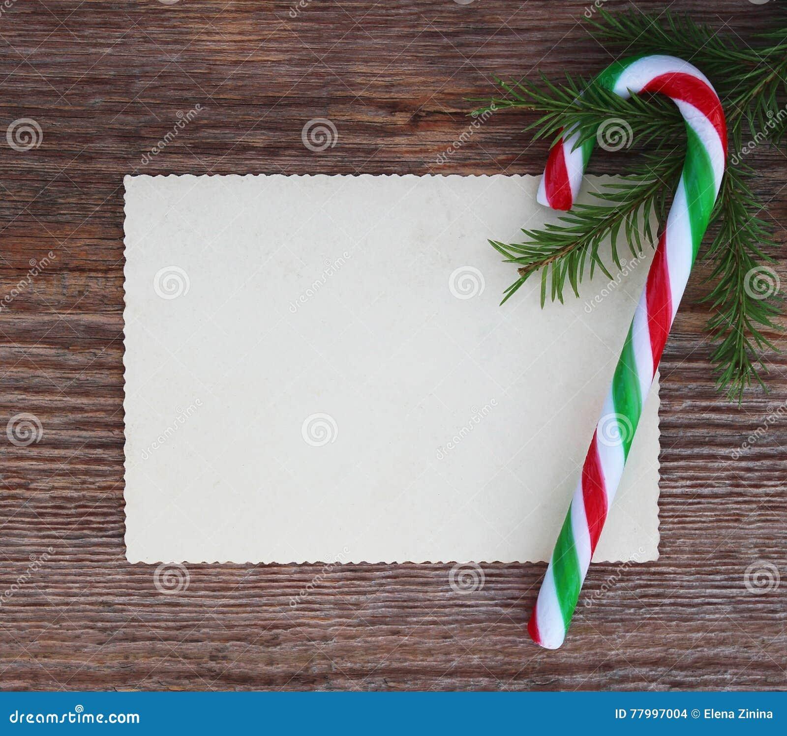 Рождественская открытка: пустая бумажная тросточка формы и конфеты с br ели