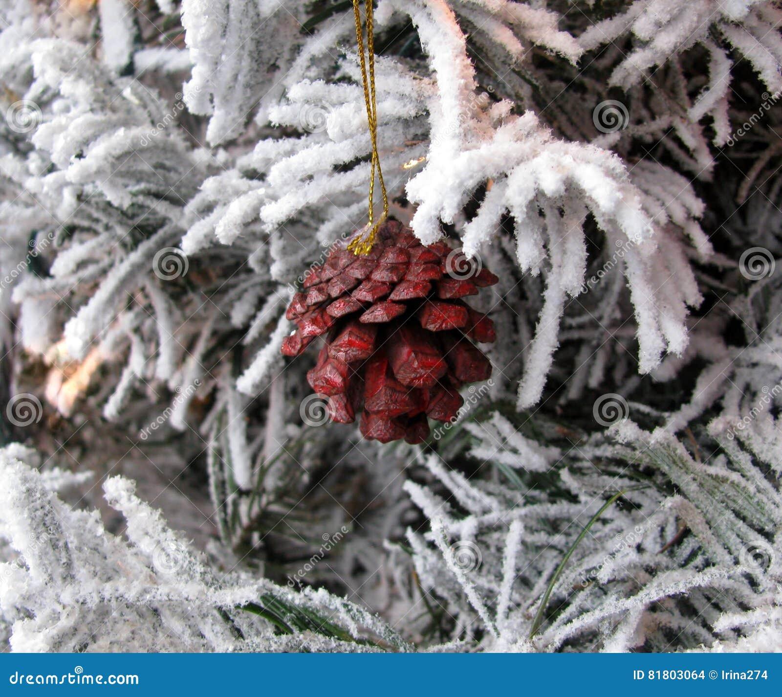 Рождество покрашенное в конусе сосны красного цвета