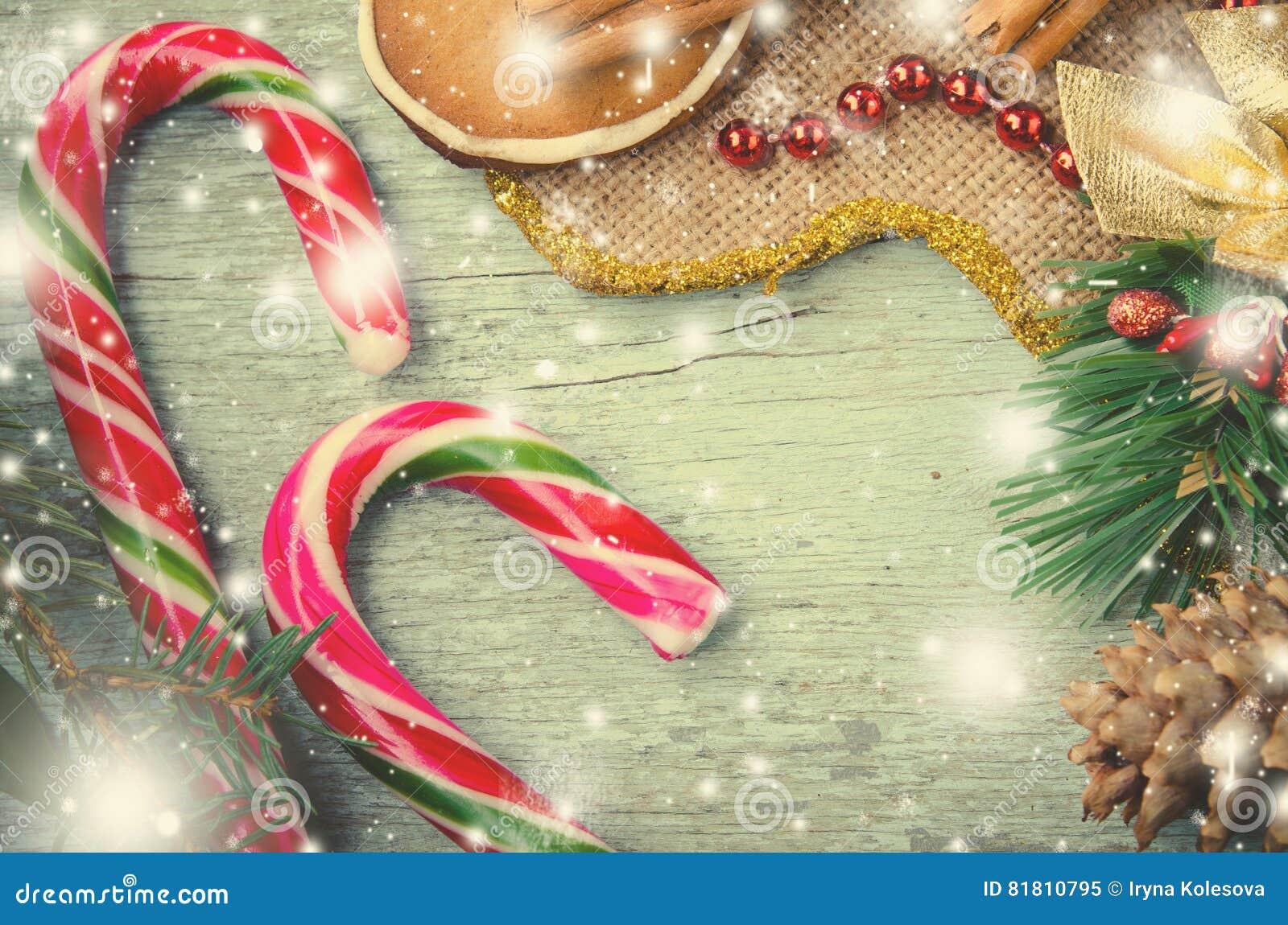 Рождество, состав Нового Года с тросточками человека пряника, Tangerines, ели, циннамона и конфеты Сияющий праздник