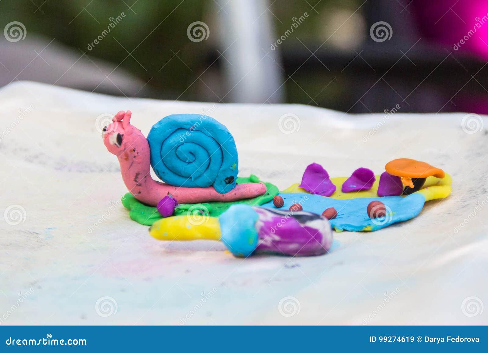 Розовая голубая улитка сделанная от пластилина цвета