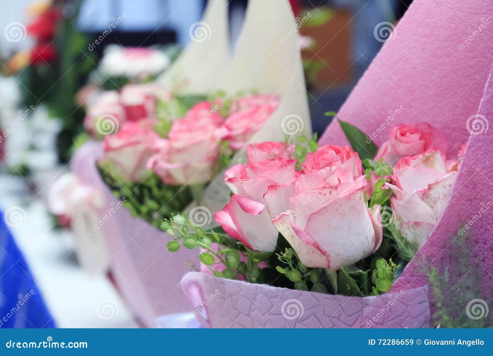 Download Розовая предпосылка букетов роз Стоковое Изображение - изображение насчитывающей флора, современно: 72286659
