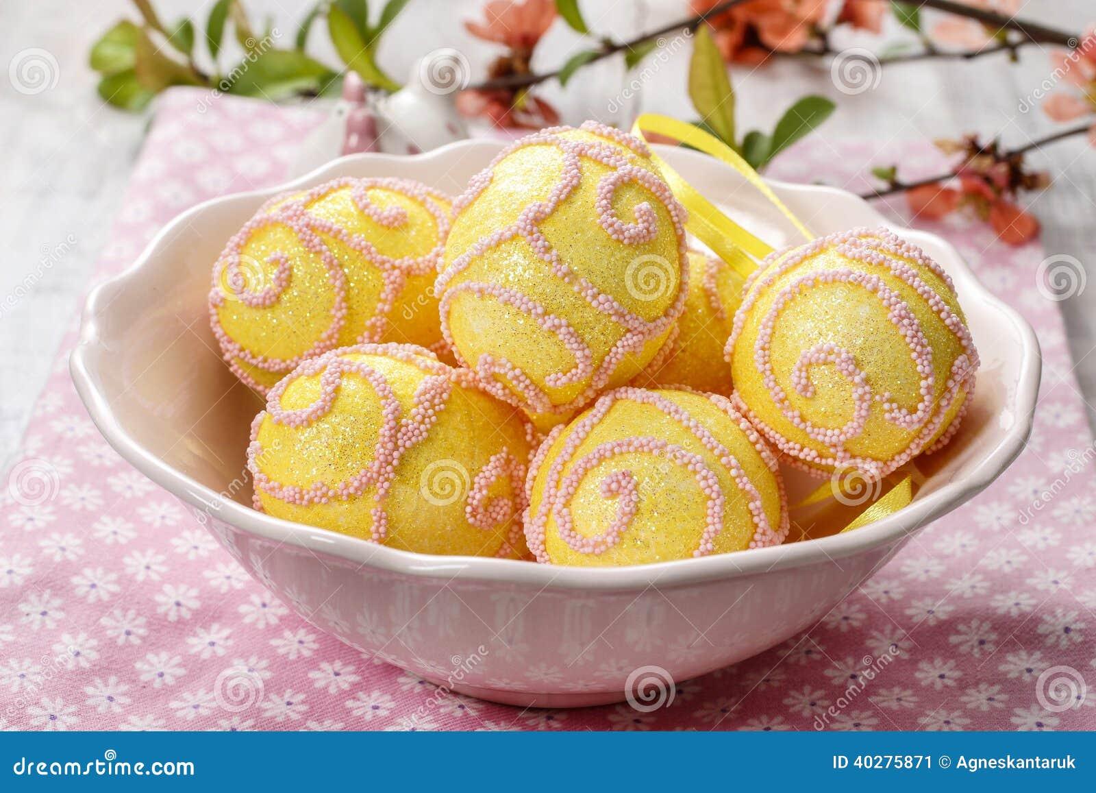 Розовые и желтые пасхальные яйца