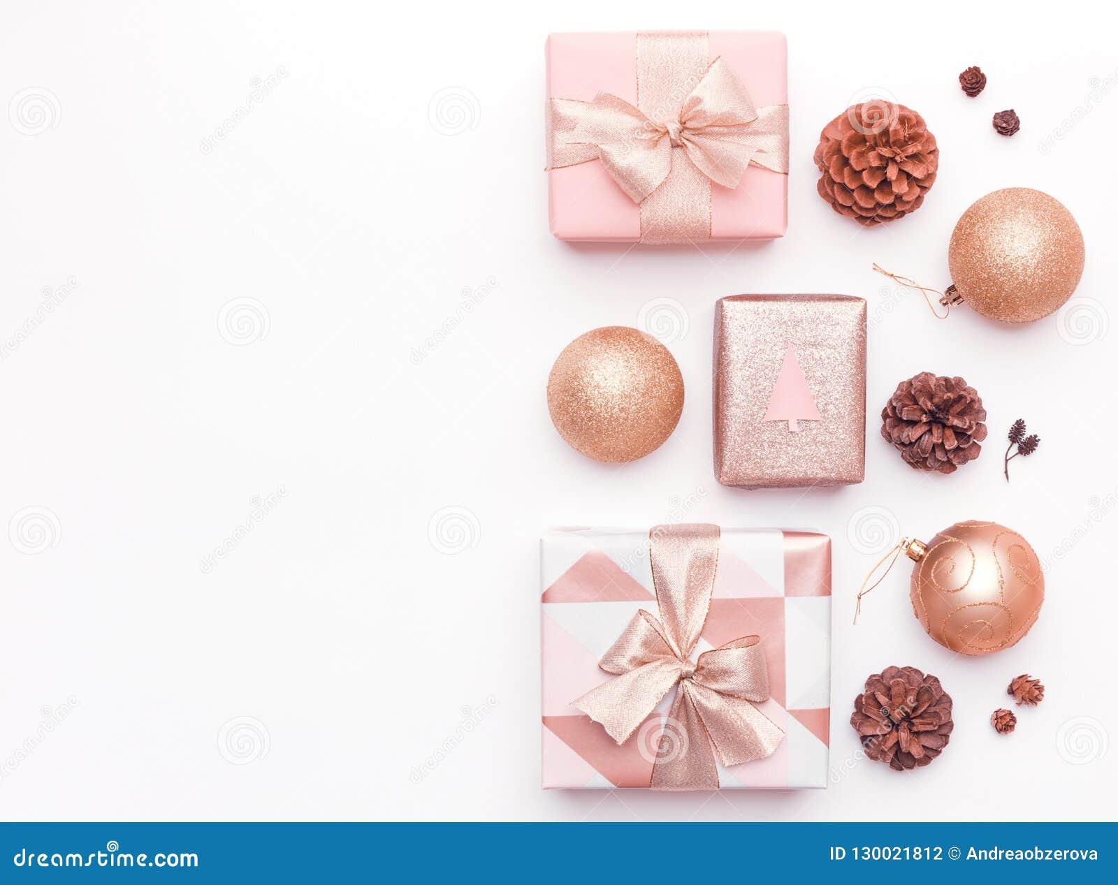 Розовые подарки рождества изолированные на белой предпосылке Обернутые коробки xmas, орнаменты рождества, безделушки и конусы сос