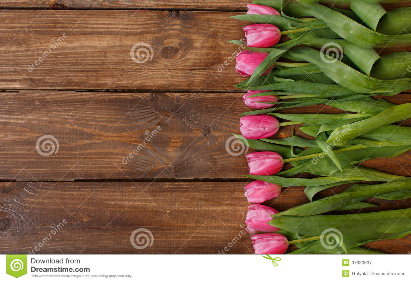 Розовые тюльпаны над затрапезным белым деревянным столом