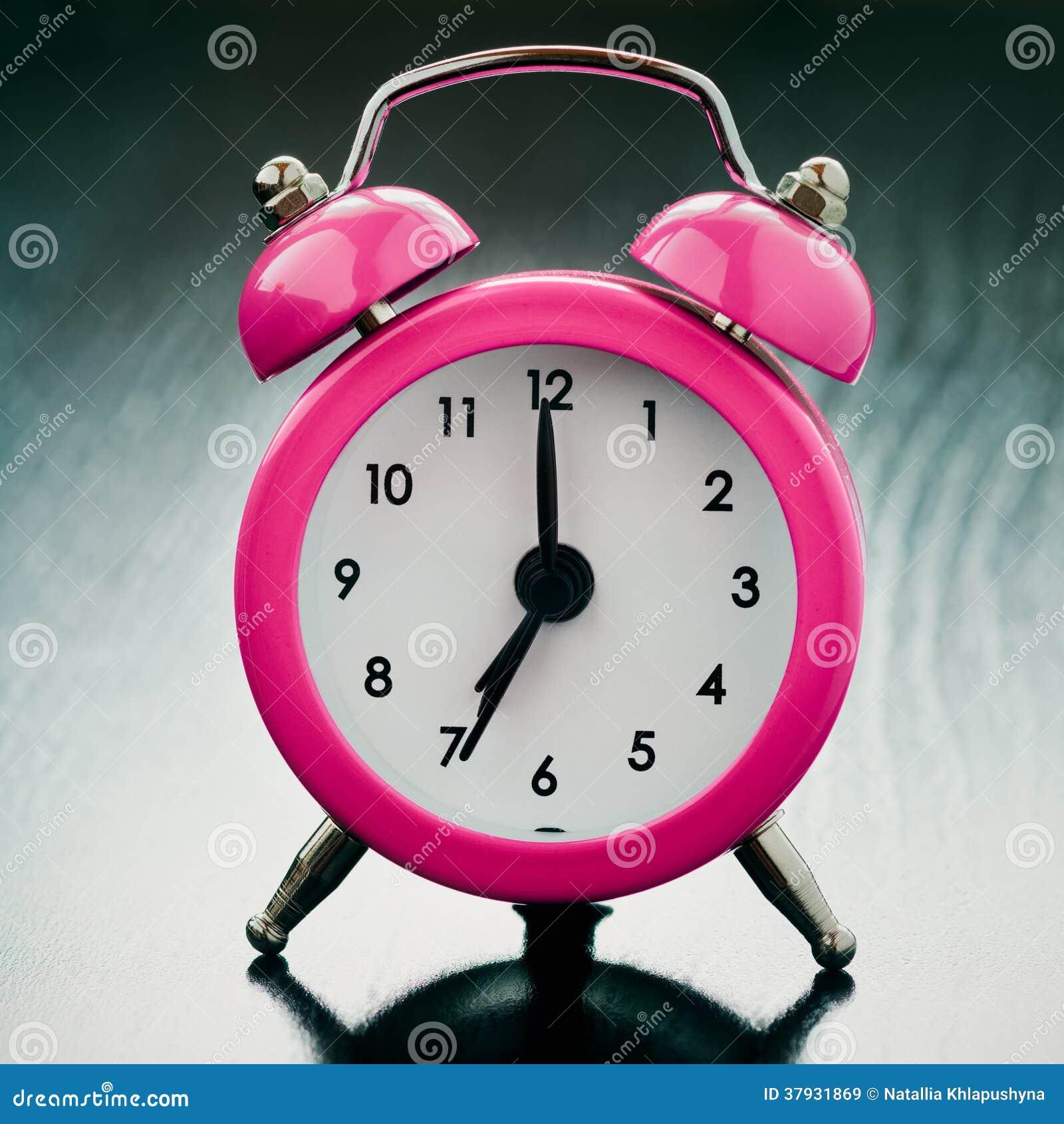 Розовый конец будильника вверх