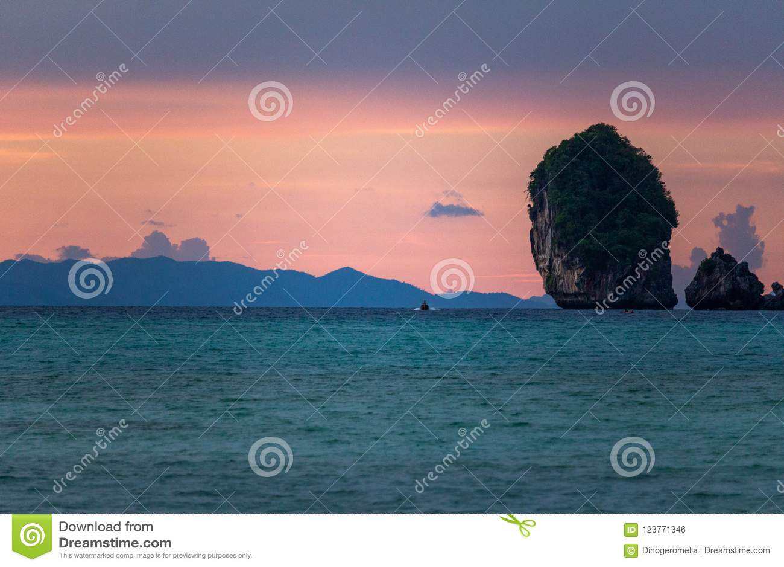 Розовый фиолетовый заход солнца на островах Таиланде Phi Phi