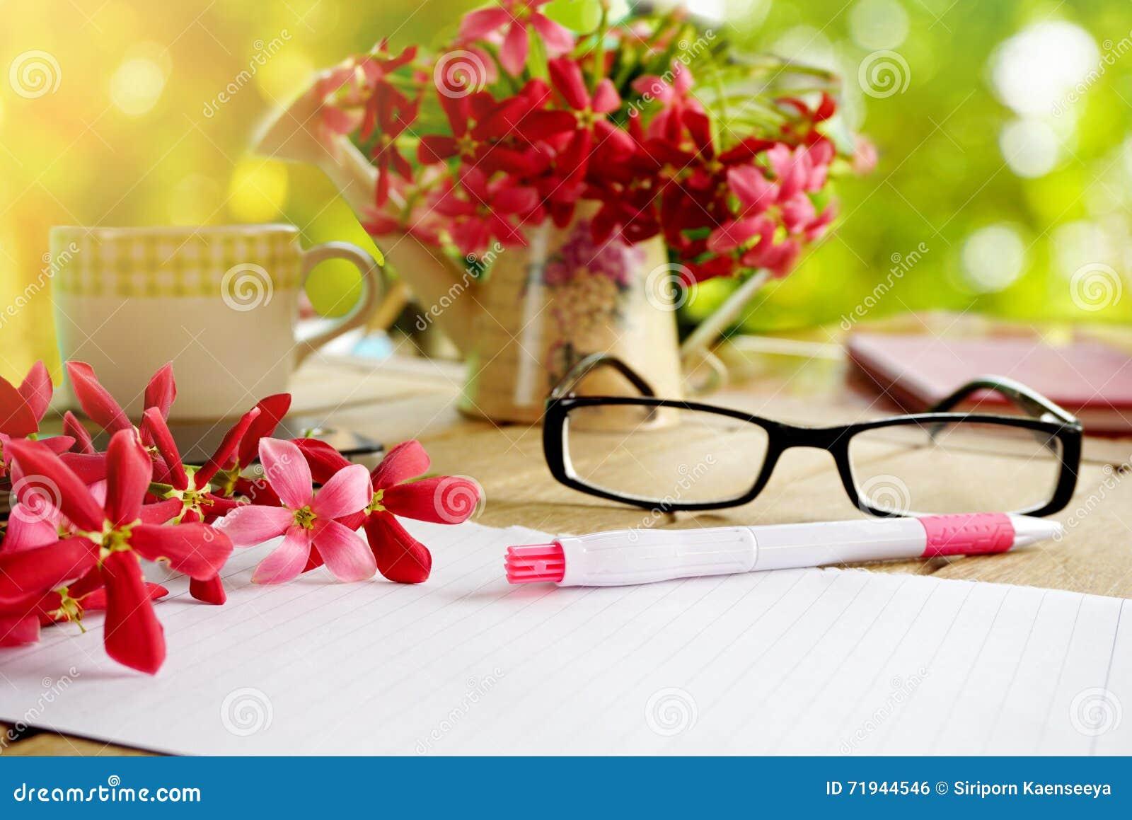 Розовый цветок на деревянном столе с включать дело страницы тетради бумажные или предпосылку образования