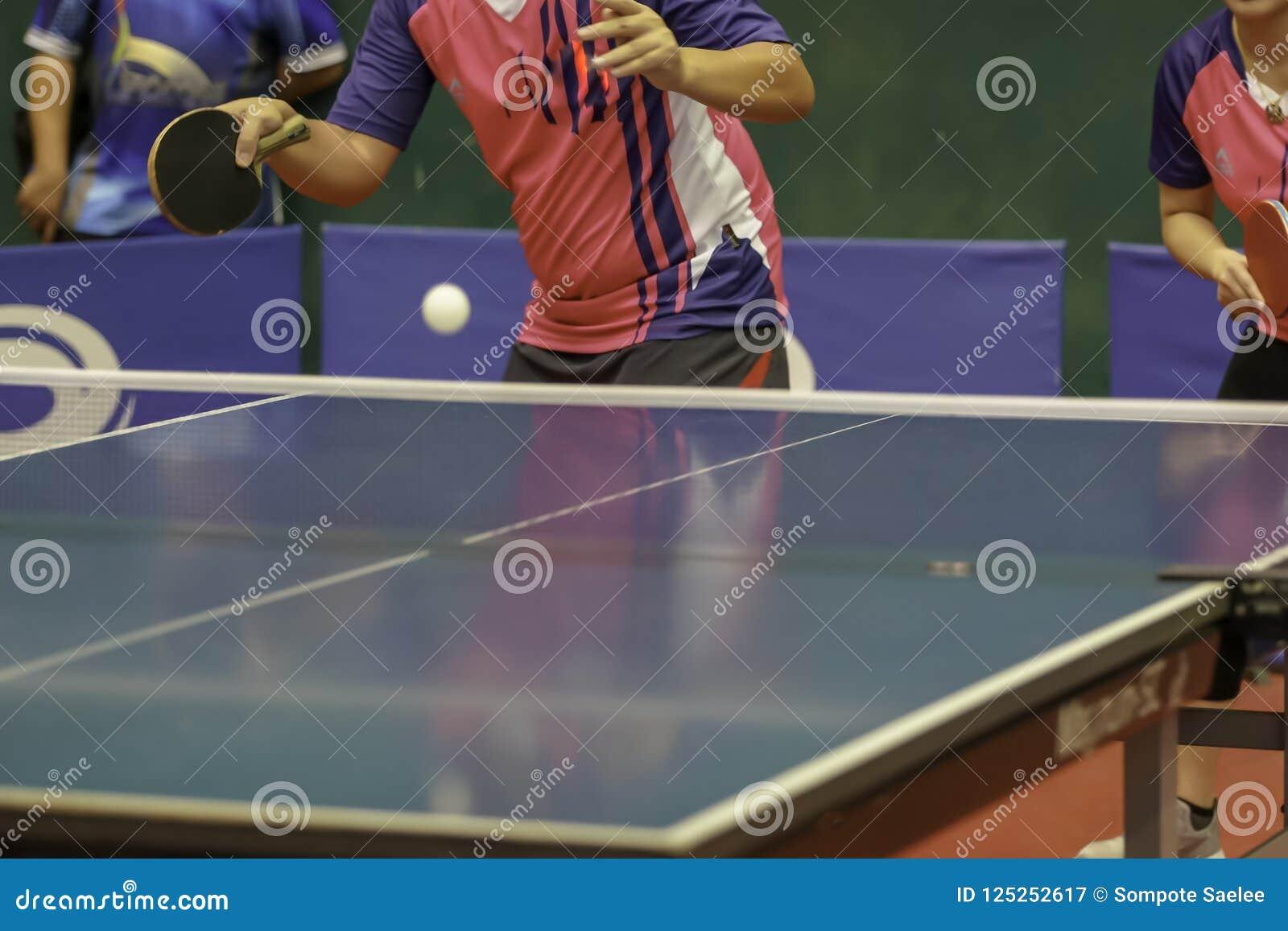 Розовый человек рубашки удар справа служа шарик