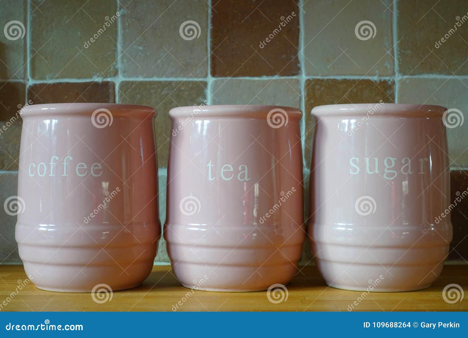 3 розовых кувшина на деревянной рабочей поверхности кухни, с словами