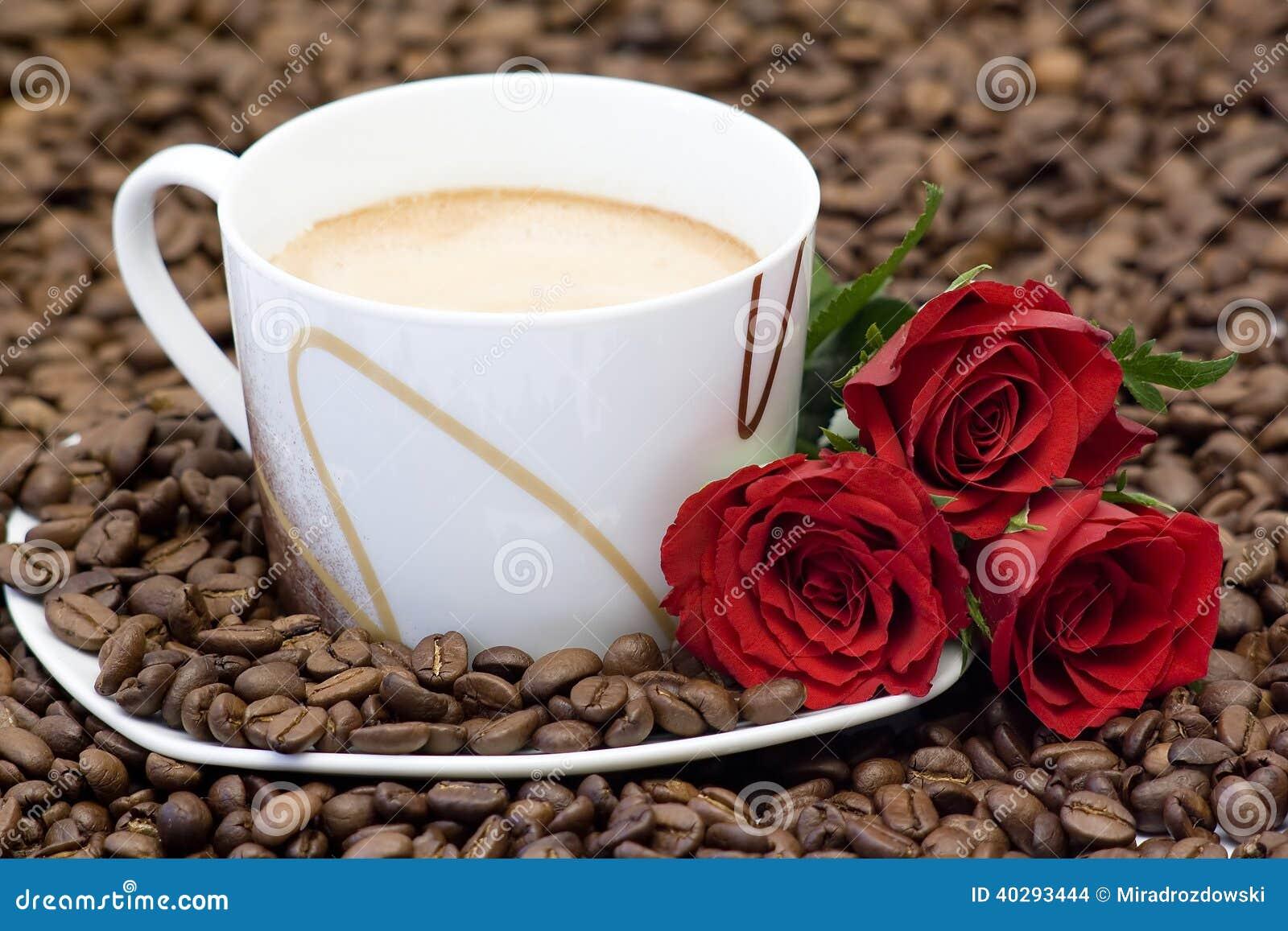 розы красного цвета кофейной чашки
