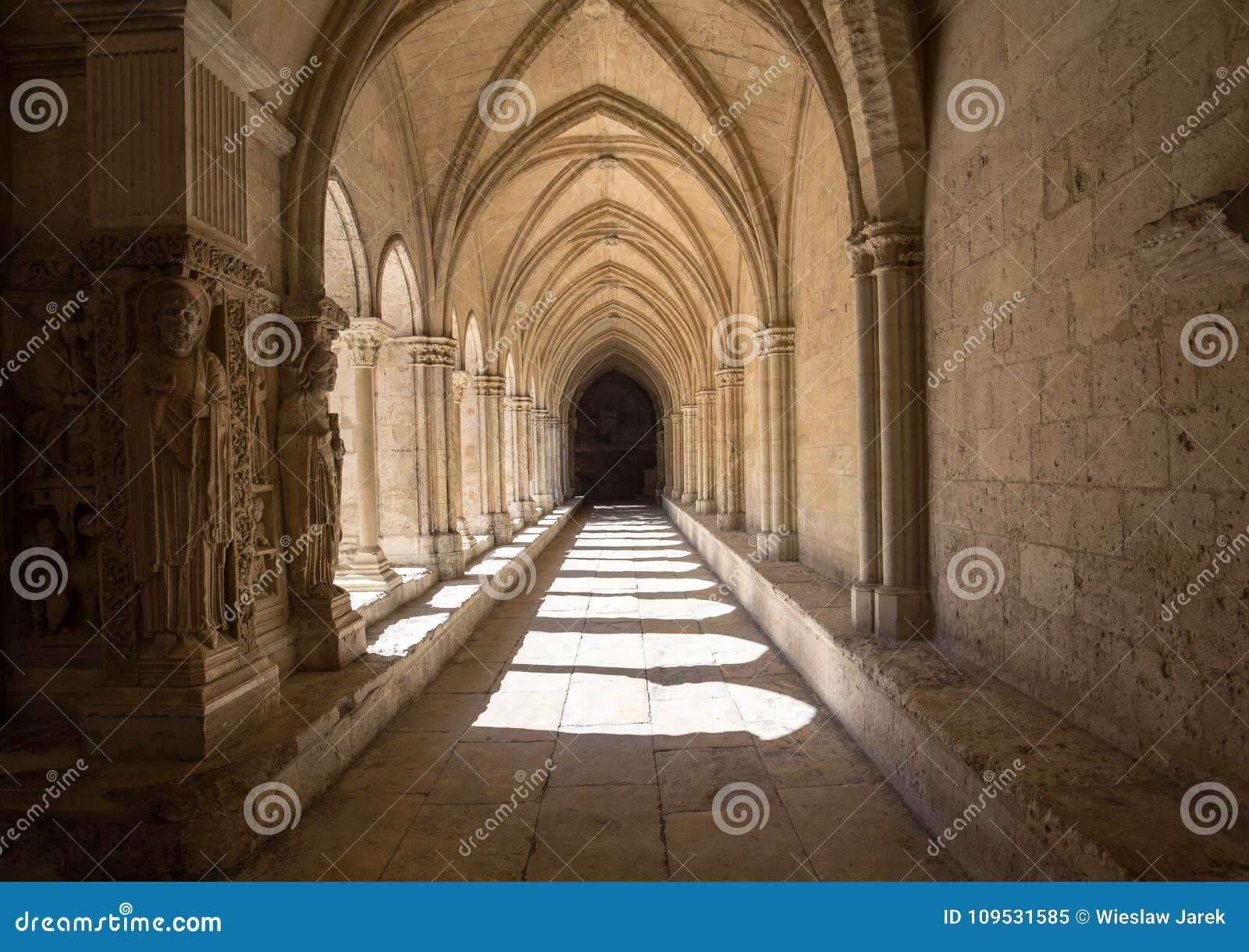Романск уединяет церковь собора Trophime Святого в Arles Провансаль,