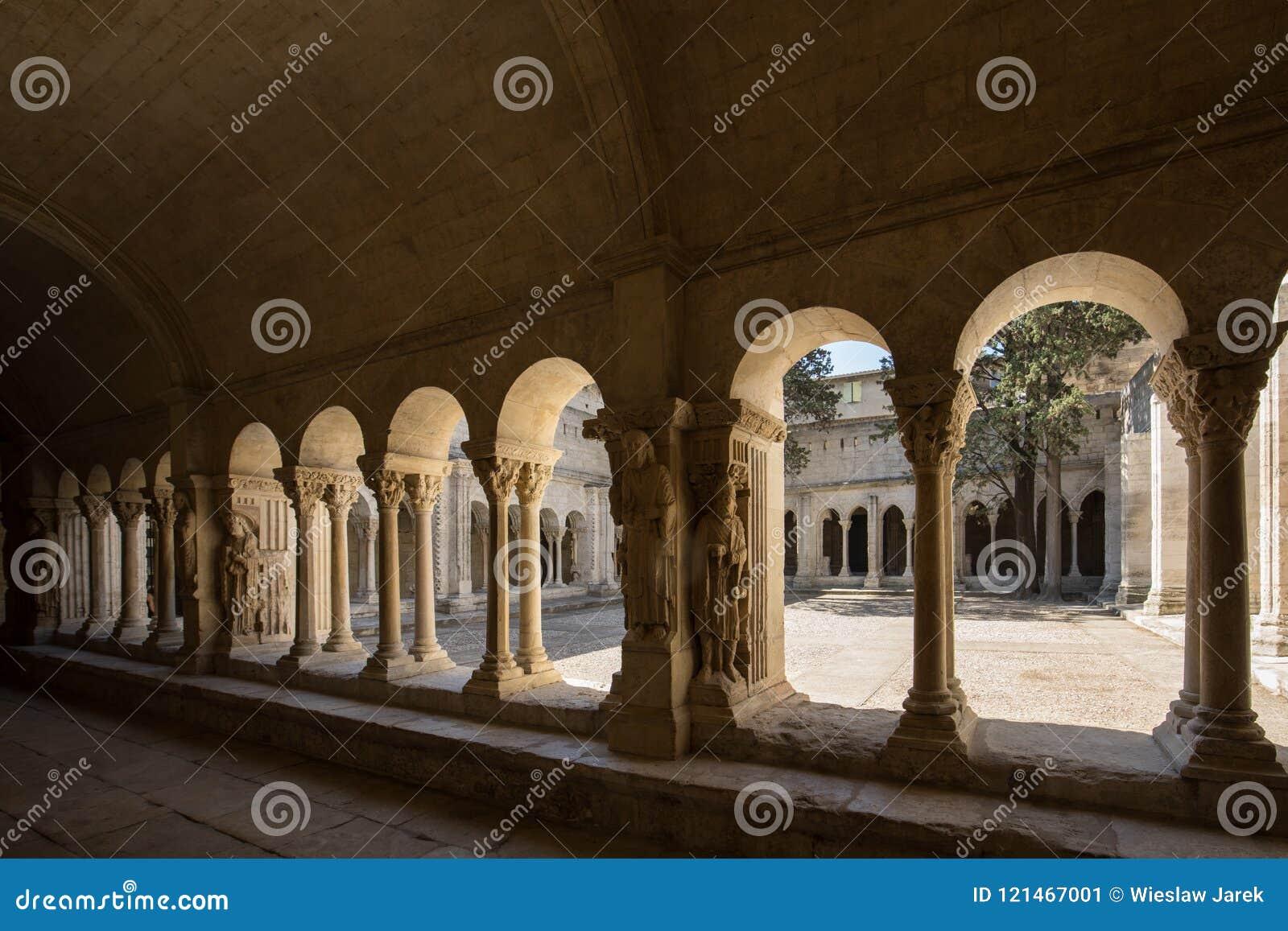 Романск уединяет церковь собора Trophime Святого в Arles Провансаль