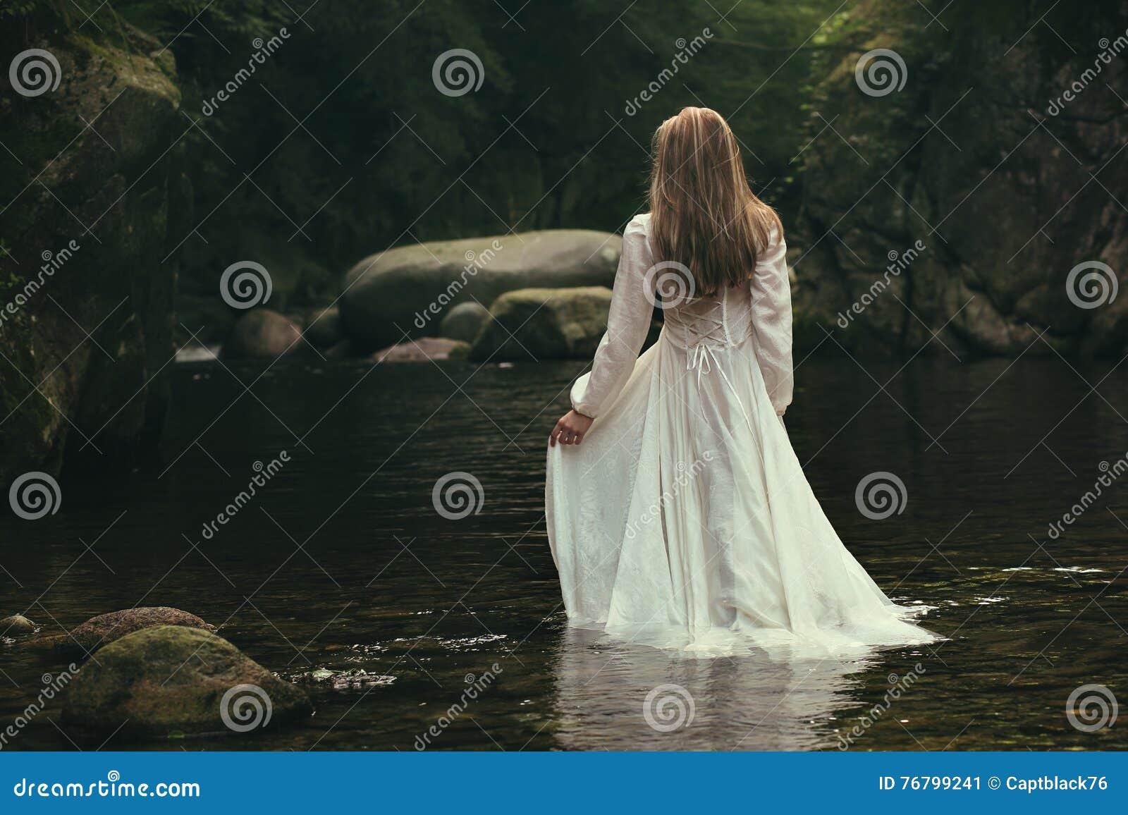 Романтичная женщина идет в поток