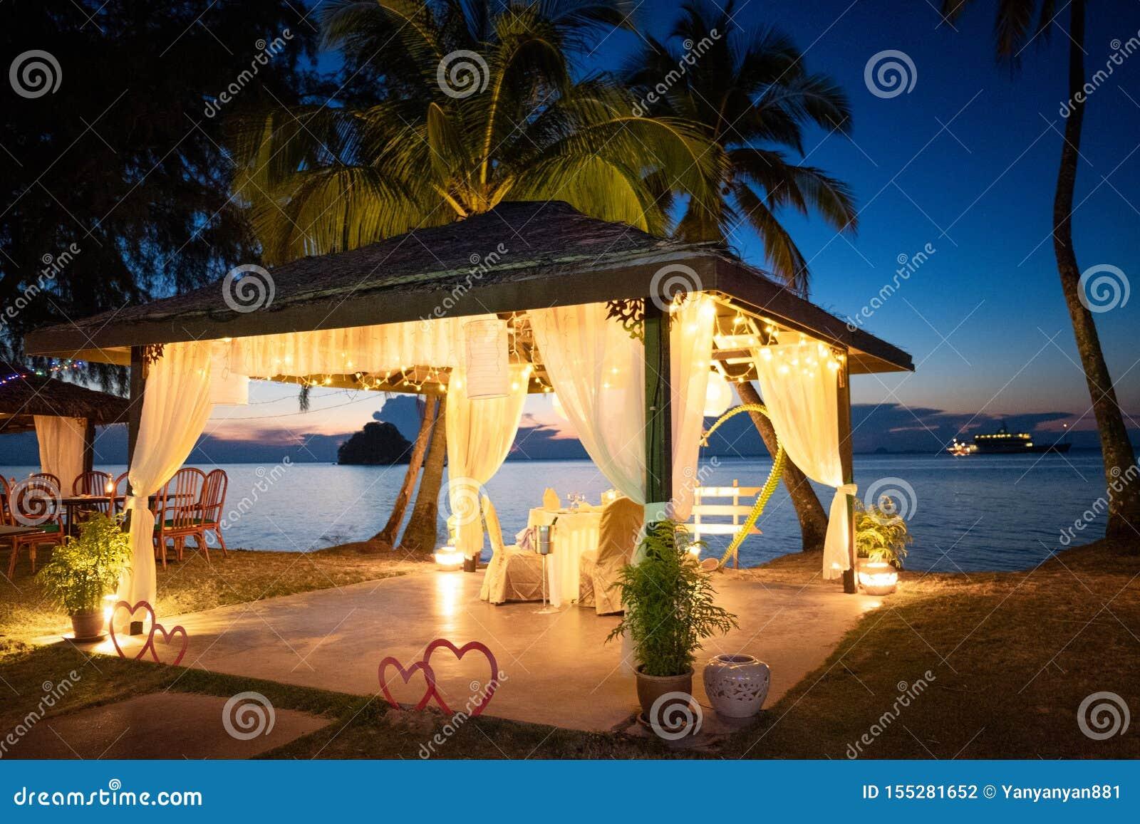 Романтичная установка обедающего на тропическом пляже