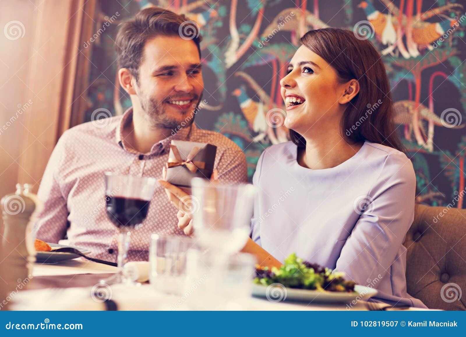 Романтичное датировка пар в ресторане