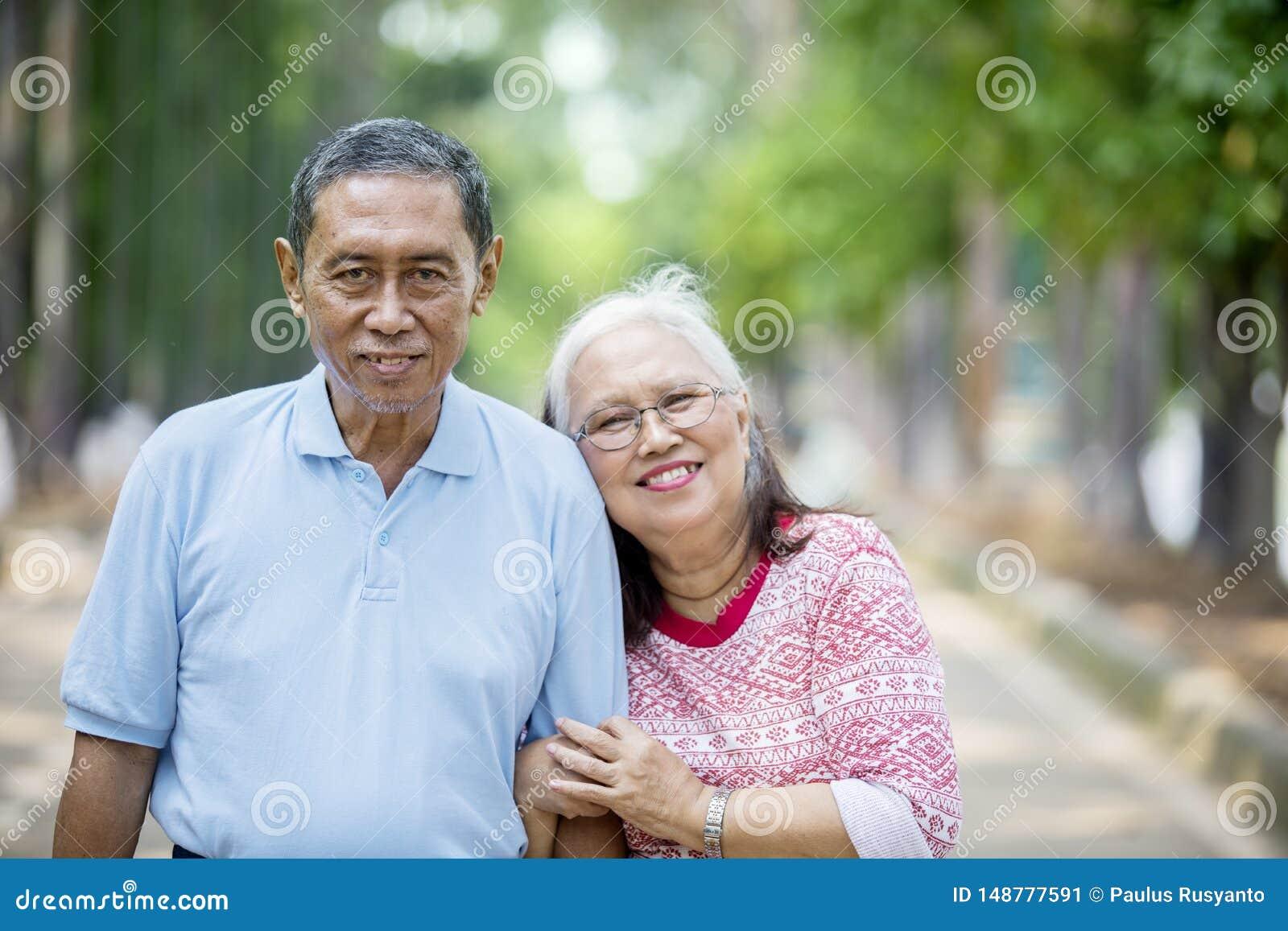 Романтичное пожилое положение пар на дороге