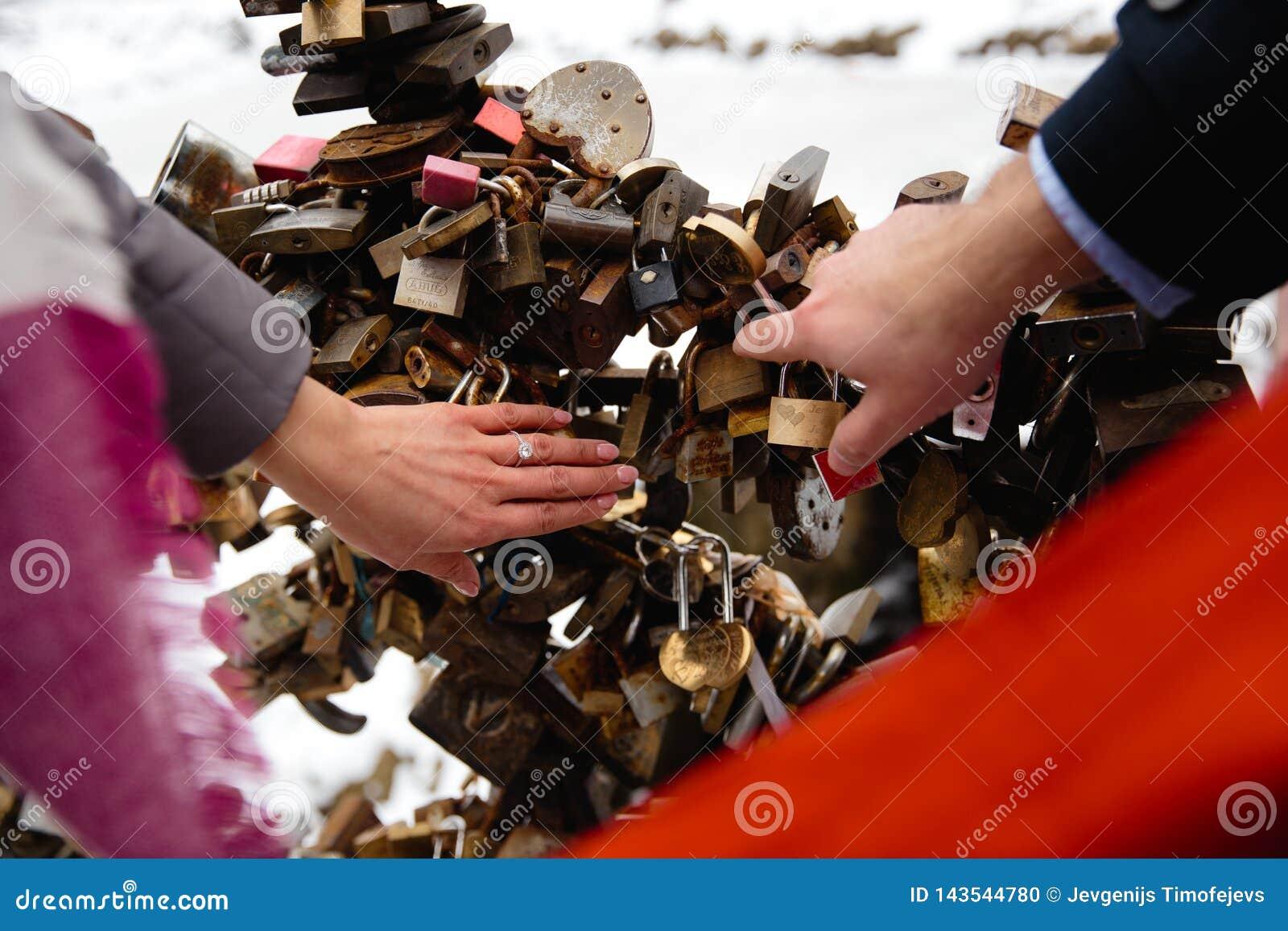 Романтичное фото милых пар outdoors в зиме Молодой человек предлагая жениться на ем с кольцом - они держат руки